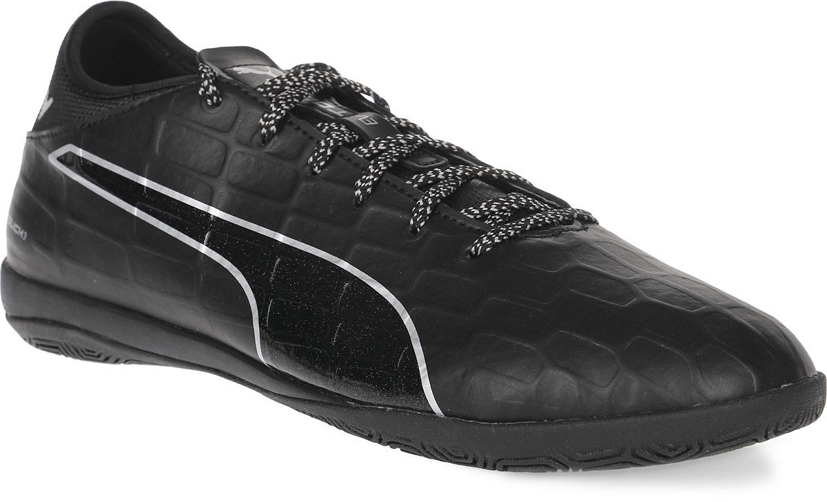 Кроссовки мужские для футзала Puma Evotouch 3 IT, цвет: черный. 10375203. Размер 6,5 (39)10375203Модель кроссовок Evotouch 3 IT сочетает комфорт и долговечность в носке благодаря использованию в качестве материала верха мягкой, но в то же время необыкновенно прочной и износостойкой искусственной кожи. Рельефная поверхность подошвы гарантируют отличное сцепление на любых поверхностях. Традиционная шнуровка вместе с мягким язычком обеспечивает надежную фиксацию ноги. В таких кроссовках вашим ногам будет комфортно и уютно.