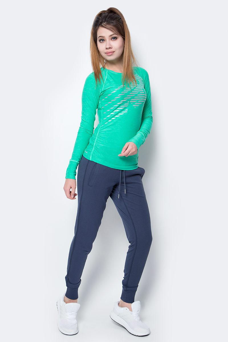 Лонгслив женский New Balance Viz Ls, цвет: зеленый. WT71212/VJH. Размер S (44)WT71212/VJHСтильный женский лонгслив New Balance, выполненный из полиэстера с добавлением спандекса, приятен на ощупь, не мнется, долго сохраняет свой цвет. Модель с длинными рукавами и круглым вырезом горловины оформлена ярким принтом.