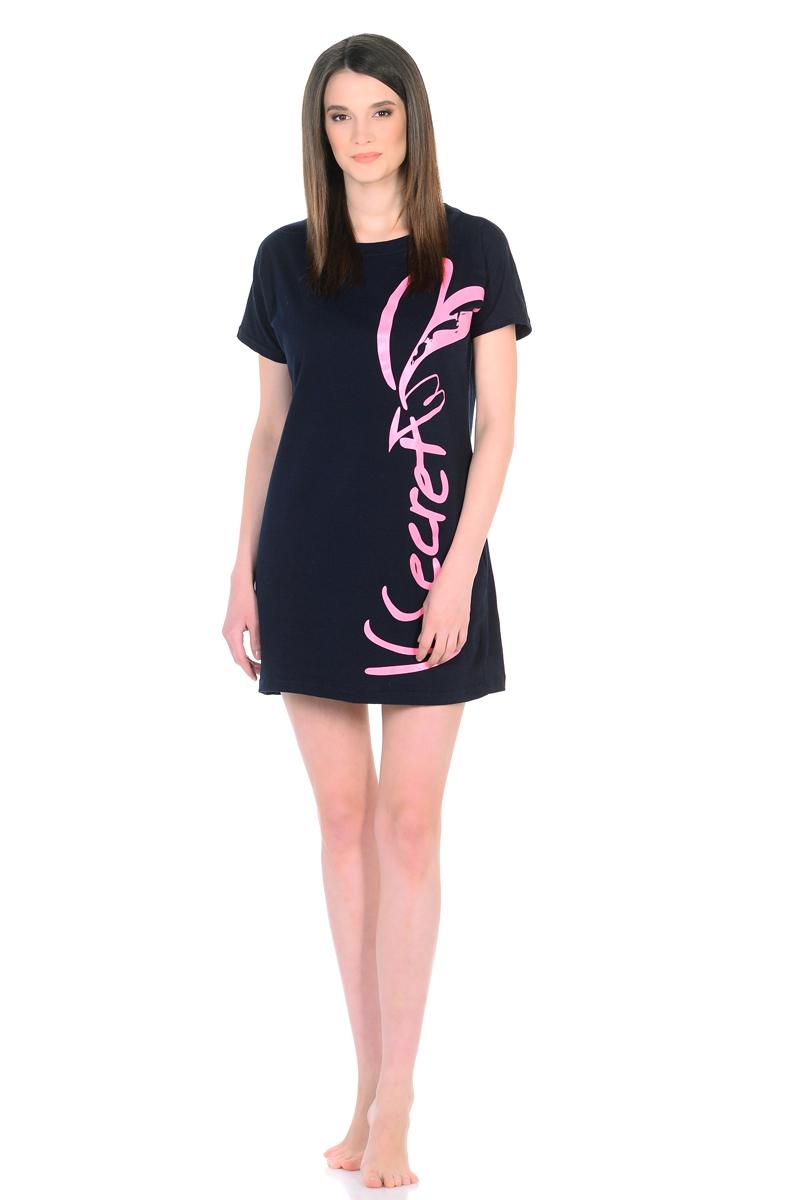 Платье домашнее HomeLike, цвет: темно-синий, розовый. 740. Размер 52740Домашнее платье HomeLike прямого покроя с короткими цельнокроеными рукавами и с вырезом горловины лодочка выполнено из трикотажа. Лаконичный фасон оформлен стильной печатной надписью по всей длине с одной из сторон. Сочетая в себе практичность, комфортные характеристики в носке и современный дизайн, такое платье необходимо в повседневном гардеробе каждой женщины, в качестве удобной домашней одежды или как легкий непринужденный вариант для лета.