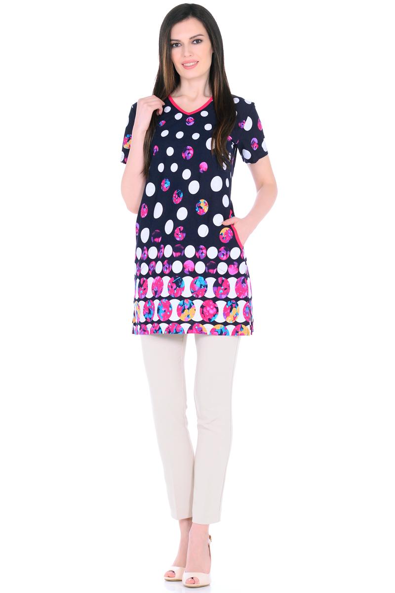 Платье домашнее HomeLike, цвет: темно-синий, белый, фуксия. 894. Размер 54894Домашнее платье HomeLike прямого силуэта, с короткими рукавами, с Vобразным вырезом горловины, по бокам практичные карманы, в боковых швах разрезы. Современная расцветка с яркими принтами украшает удобную вещь без лишних деталей. Хлопковый трикотаж приятен к телу, создает ощущения легкости и комфорта в процессе носки.