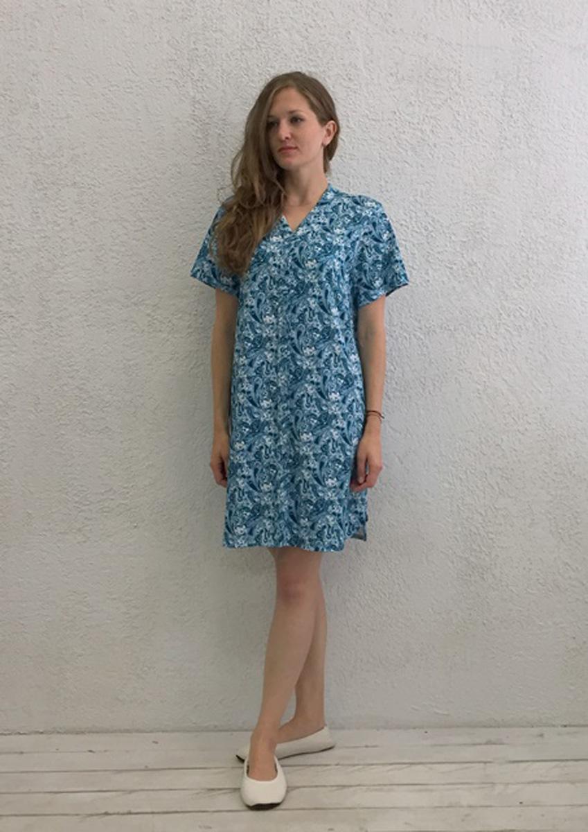 Халат женский Marusя, цвет: голубой. 17110126. Размер M (46)17110126Женский халат Marusя изготовлен из натурального хлопка. Модель с короткими рукавами и V-образным вырезом горловины застегивается на пуговицы.