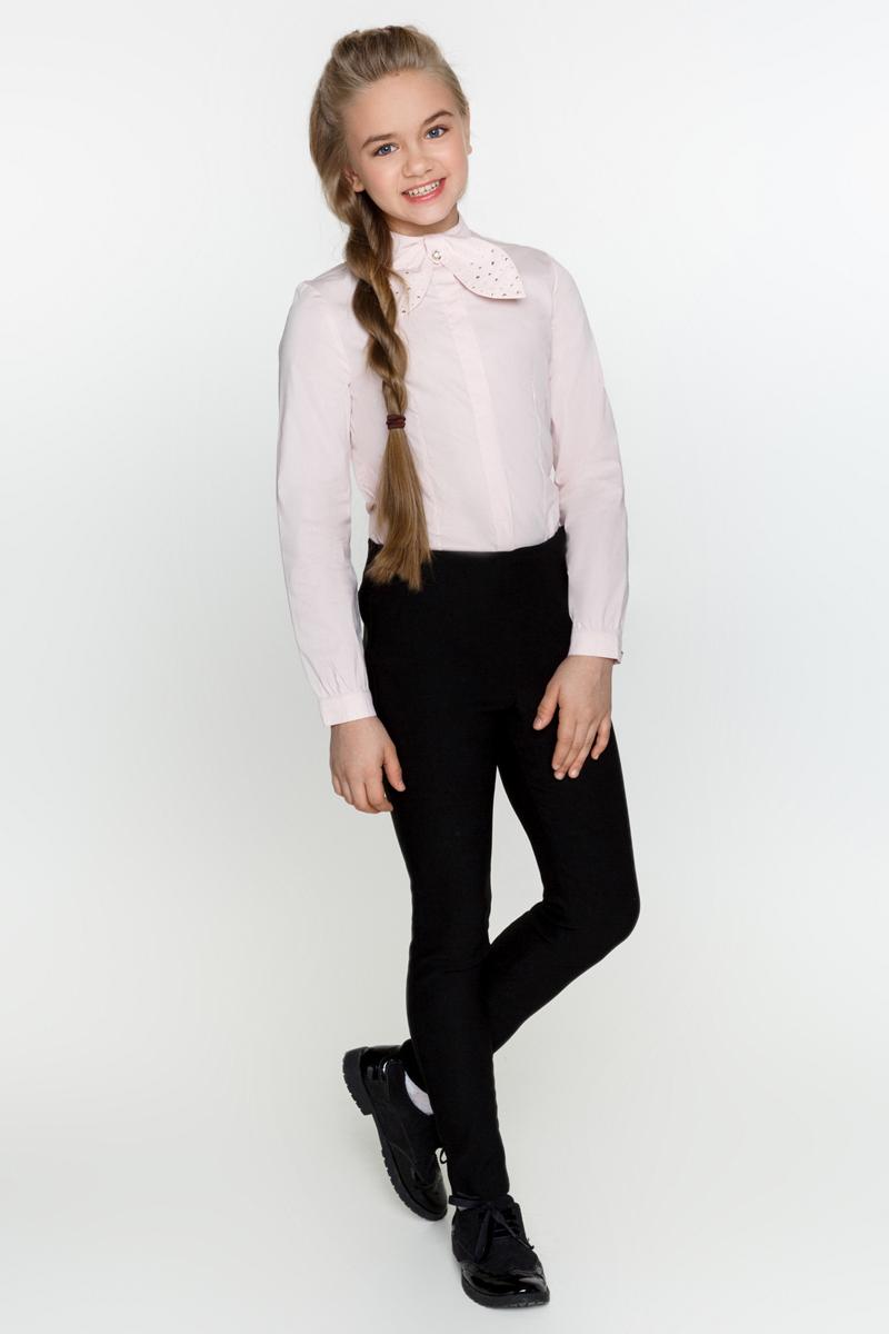Блузка для девочек Acoola Betta, цвет: светло-розовый. 20200260003_3400. Размер 14020200260003_3400Классическая блузка из хлопкового поплина, с воротником-стойкой, декорированным съемным бантиком со стразами. Модель приталенного силуэта с длинными рукавами с манжетами на пуговицах и планкой с потайной застежкой на пуговицы спереди.
