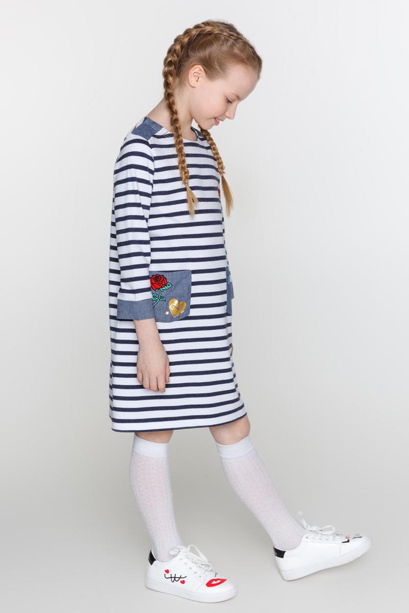 Платье для девочек Acoola Zaz, цвет: мультиколор. 20210200161_4400. Размер 13420210200161_4400Трикотажное платье в полоску, декорированное контрастными вставками из ткани шамбре и яркими нашивками. Модель свободного силуэта с круглым вырезом горловины, рукавами длиной три четверти, двумя накладными карманами спереди и застежкой на одну кнопку сзади.