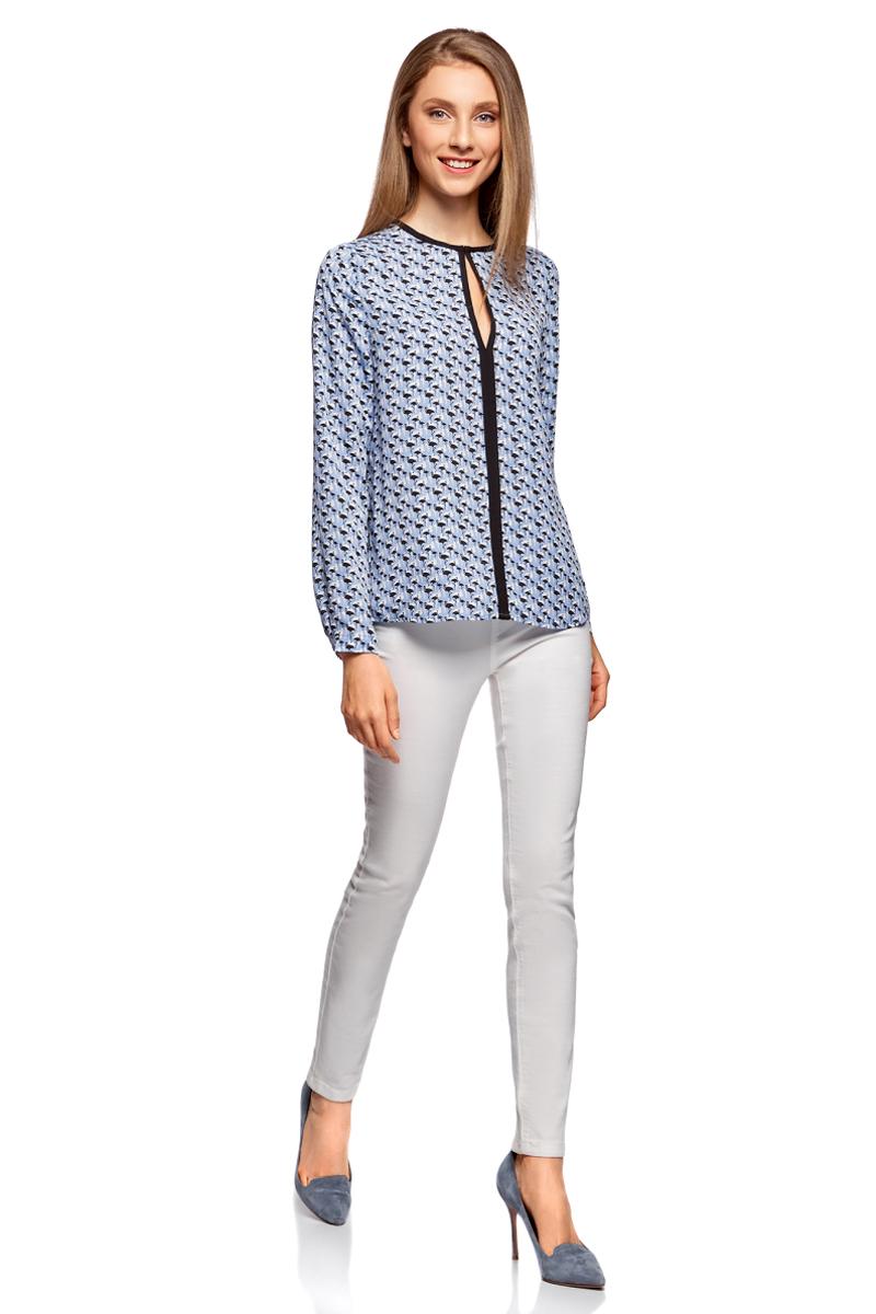 Блузка жен oodji Ultra, цвет: голубой, черный, графика. 11411059B/43414/7029G. Размер 38-170 (44-170)11411059B/43414/7029GБлузка из струящейся ткани с контрастной отделкой