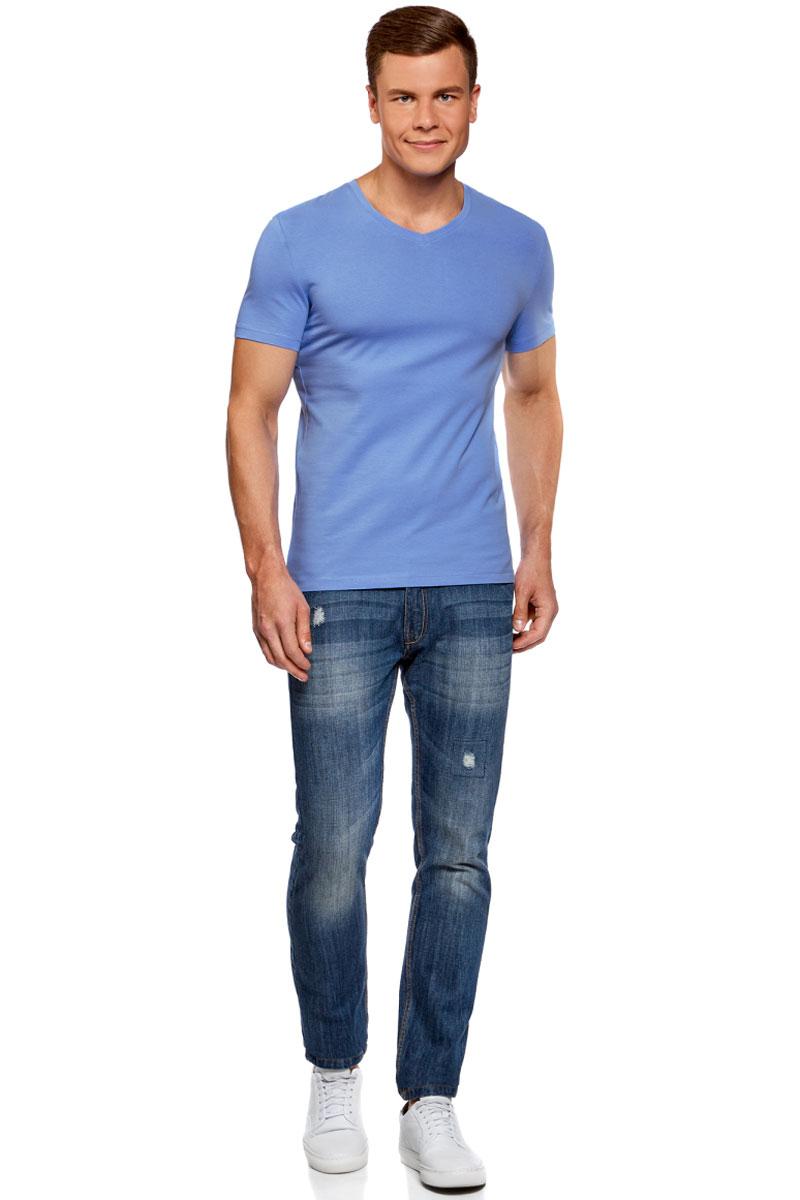 Футболка муж oodji Basic, цвет: синий. 5B612002M/46737N/7500N. Размер S (46/48)5B612002M/46737N/7500NБазовая футболка прямого силуэта. V-образный вырез интересно и стильно смотрится. Хлопковая ткань с небольшим добавлением эластана хорошо тянется, приятна на ощупь, дышит, не вызывает аллергии. Футболка практична в ношении, сохраняет форму после многочисленных стирок и быстро сохнет. Модель прямого силуэта хорошо сидит на любой фигуре. Стильная футболка подойдет для базового повседневного гардероба. Она отлично сочетается с джинсами, бриджами, шортами. Для создания более сдержанного лука футболку можно надеть с брюками-чиносами. В этом случае вы получите универсальный комплект для разных ситуаций. Прекрасная базовая футболка для любого случая!