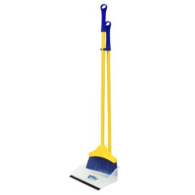 Набор для уборки Regina: совок и щетка, цвет: желтый, синий11703-A, 11703Сделайте уборку в квартире веселее. Набор Regina поможет вам в этом. Эластичный ворс на щетке не оставит от грязи и следа, а благодаря резиновому краю на совке грязь и мусор будут легко сметаться на него. Ваша однообразная уборка станет праздником. Для дополнительного удобства совок и щетка снабжены специальным креплением, с помощью которого, вложив щетку в совок, их можно разместить в любом месте. Характеристики: Материал: сталь, пластмасса. Размер совка: 24 см х 19 см х 7,5 см. Длина ручки совка и щетки: 73 см. Размер щетки: 18 см х 14 см. Артикул: 11705-А. Производитель: Италия.