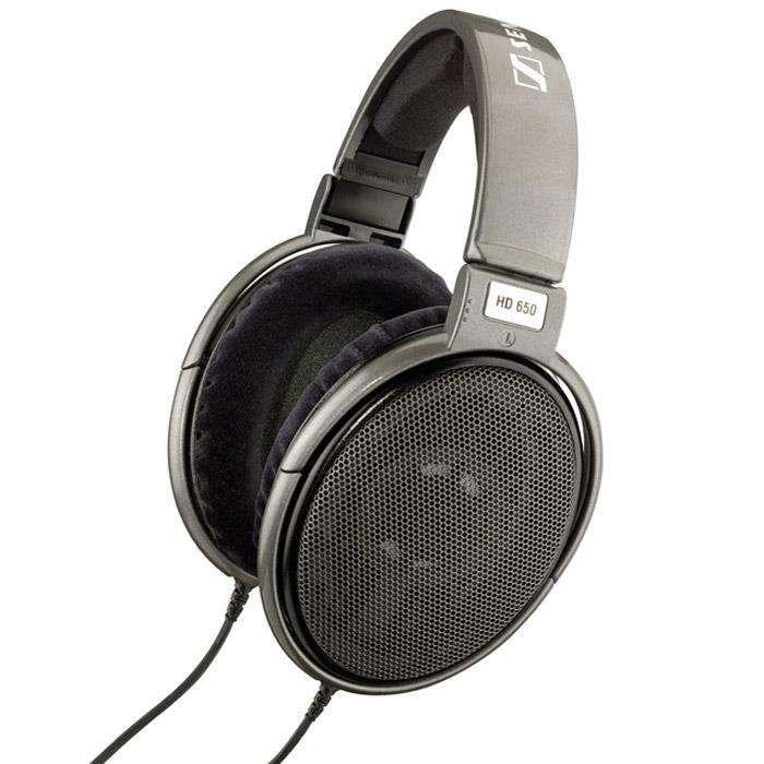Sennheiser HD 65015119120Наушники Sennheiser HD 650 способны восхитить всех ценителей высококачественной звуковой техники. По звуковым характеристикам HD 650 приближаются к легендарным электростатическим Orpheus: каждый нюанс исполнения внезапно становится кристально ясным, звук - живым, а ваша гостиная превращается в персональный концертный зал. HD 650 - это наушники с душой, отличающиеся роскошными басами и приятной, естественно звучащей серединой. В них применяется сложная система демпфирования, уменьшающая резонансы и влияние стоячих волн внутри диафрагмы, что обеспечивает еще более точное воспроизведение звуковых образов, достоверность вокала и речи, а также сбалансированные, четкие и глубокие басы. HD 650 собираются вручную, при этом используются специально подобранные пары динамиков с минимальным разбросом параметров (+/1 дБ). Специально для HD 650 была разработана новая высокоэффективная система магнитов, выполненных из железистого неодима (Neodymium ferrous) отличающаяся минимальным...