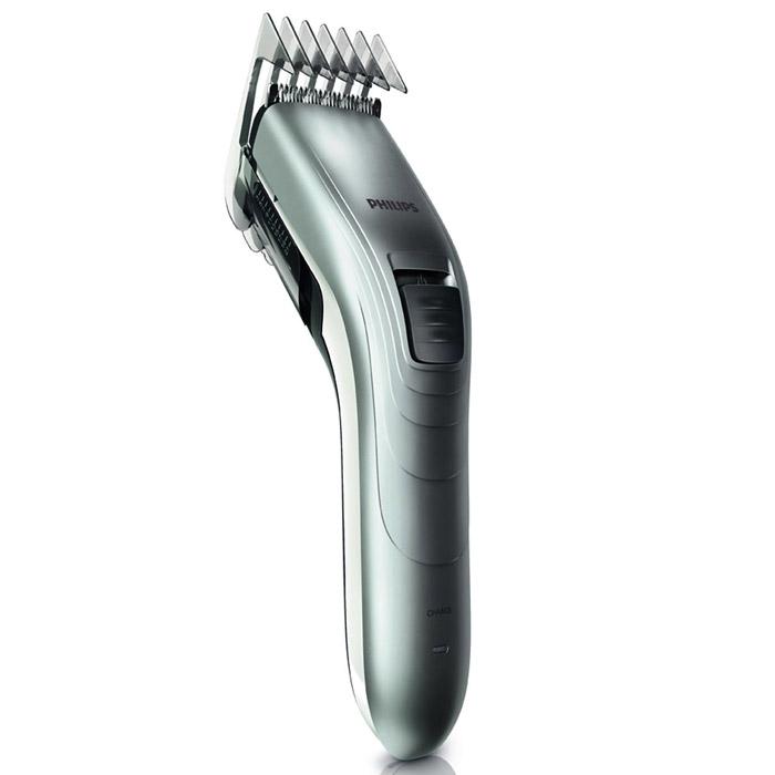 Philips QC 5130/15 машинка для стрижкиQC5130/15С помощью машинки для стрижки волос Philips QC 5130/15 создать ровную стрижку очень легко. Настройки длины на гребне позволяют подстричь волосы до нужной длины без необходимости смены гребней. Не требует специального ухода и смазки.Закругленные лезвия и гребни10 настроек длины волос позволяют регулировать длину до 21 ммИнтервал настроек длины составляет 2 мм для точного подравниванияСамозатачивающиеся лезвия из нержавеющей сталиВремя зарядки 10 часовЩеточка для очисткиТип элемента питания: NiMH