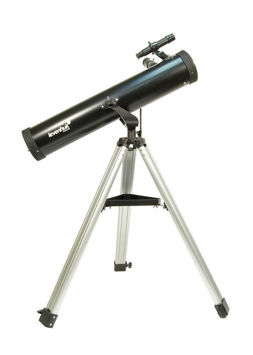 Levenhuk Skyline 76x700 AZ телескоп27644Levenhuk Skyline 76х700 AZ – это зеркальный телескоп, выполненный по одной из самых ранних и самых популярных оптических схем – рефлектора Ньютона. Это хороший вариант первого инструмента для начинающего любителя астрономии, приступающего к самостоятельным наблюдениям, поскольку он сочетает в себе хорошее качество изображения, простоту в обращении и привлекательную цену. Зеркальная оптическая схема не имеет искажений цветопередачи – хроматической аберрации, в той или иной степени присущей всем недорогим линзовым телескопам и особенно заметной на границах ярких объектов. В комплекте идет все необходимое, чтобы начать наблюдения. 76-мм зеркало телескопа собирает в 100 раз больше света, чем невооруженный глаз, и способно показать множество объектов в Солнечной системе и за ее пределами: горы и кратеры на Луне, фазы Венеры, диск Юпитера и его 4 спутника, кольца Сатурна и Титан, двойные звезды и звездные скопления, а также яркие туманности и галактики. Зеркала телескопа имеют...