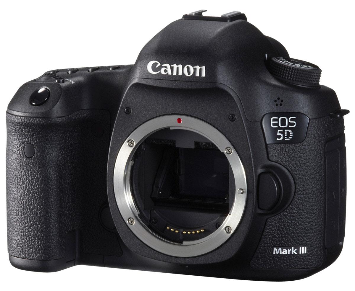 Canon EOS 5D Mark III Body5260B004Canon EOS 5D Mark III - полнокадровая зеркальная камера с 22,3 Мпикс, 61-точечной автофокусировкой и режимом серийной съемки 6 кадров/сек. Снимайте видео в формате Full HD с ручным управлением всеми настройками - от частоты кадров до звуковой дорожки.Полнокадровый датчик изображения 22,3 мегапикселя:Создавайте высококачественные детализированные снимки с 22,3-мегапиксельным CMOS-датчиком изображения и процессором обработки изображения DIGIC 5+. Яркие, но при этом естественные цвета и тончайшие детали даже при съемке в тенях и ярко освещенных местах.Высокое качество съемки даже при низком уровне освещенности:EOS 5D Mark III обеспечивает превосходное качество снимков независимо от условий освещения. Снимайте с рук даже после захода солнца благодаря диапазону чувствительности ISO 100-25 600 (с возможностью расширения до ISO 102 400).61-точечная система автофокусировки по широкой зоне:61-точечная система автофокусировки по широкой зоне быстро и точно фокусируется даже на предметах, смещенных относительно центра. 41 крестовая точка (пять из которых - сверхчувствительные двойного крестового типа) гарантируют высокую точность отслеживания движущихся объектов.Скоростная серийная съемка:Непрерывная съемка с максимальной скоростью 6 кадров/сек. позволит запечатлеть динамичный сюжет во всех деталях, при записи на карту памяти с поддержкой UDMA 7 максимальное количество снимков формата JPEG в серии достигает 16270.Высокий динамический диапазон обработки изображений:Сохраняет каждую деталь в ярко освещенных и затененных условиях благодаря встроенному режиму создания снимков HDR.Видео в формате Full-HD с ручным управлением:Высококачественное видео в формате Full HD с разрешением 1080p. Используйте возможности ручного управления и обширный модельный ряд объективов Canon EF, чтобы достичь кинематографического качества визуальных эффектов.Великолепное качество звука:Создайте достойную звуковую дорожку для своего видео. EOS 5D Mark III записывает зву