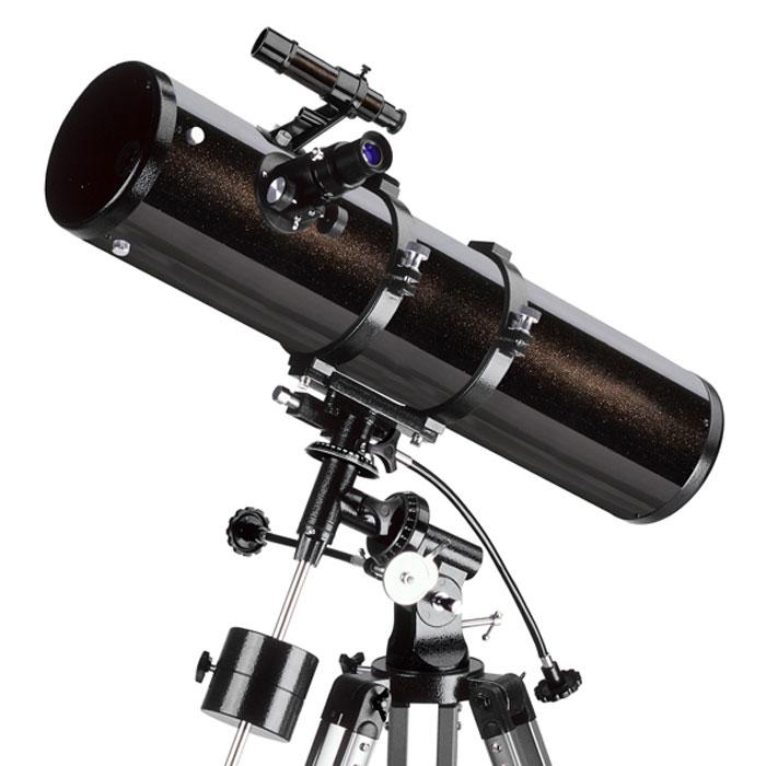 """Levenhuk Skyline 130х900 EQ телескоп24296Телескоп Levenhuk Skyline 130х900 EQ – это рефлектор Ньютона, сочетающий сравнительно небольшие габариты трубы и большую апертуру. В первую очередь, его можно рекомендовать наблюдателям, занимающимся в основном поиском и наблюдением тусклых объектов близкого и далекого космоса – комет, туманностей, галактик, звездных скоплений. Впрочем, благодаря сравнительно большому фокусному расстоянию и отсутствию хроматической аберрации (искажений цветопередачи), телескоп не разочарует и при наблюдении деталей на дисках планет и подробностей лунной поверхности. Экваториальная монтировка телескопа позволит удобно сопровождать суточное движение объекта. При этом телескоп остается достаточно легким и небольшим по размерам, чтобы не быть обременительным при автомобильном выезде под темное и прозрачное загородное небо.Зеркала телескопа имеют защитное покрытие, которое обеспечит многолетнюю работу инструмента. Прочная и легкая алюминиевая труба установлена на экваториальную монтировку, оснащенную ручками точных движений и допускающую установку электропривода часовой оси (приобретается отдельно). Такая монтировка имеет специальные координатные круги, с помощью которых, после несложной настройки, можно находить объекты по их экваториальным небесным координатам, а также сопровождать суточное движение объекта вращением только одной ручки.Тренога регулируется по высоте и имеет удобную полочку для принадлежностей, оптический искатель с 6-кратным увеличением позволит быстро навести телескоп на нужный участок неба. С телескопом поставляются 2 окуляра, имеющие поле зрения 52 градуса и фокусные расстояния 10 мм и 25 мм, и дающие с телескопом увеличение 90 и 36 крат. Линзы окуляров изготовлены из стекла и имеют многослойное просветление. Входящая в комплект линза Барлоу позволяет поднять увеличение телескопа до 180х. Реечное фокусировочное устройство имеет посадочный диаметр под окуляры стандарта 1,25"""" (31,75 мм), и позволяет использовать с телескопом мн"""