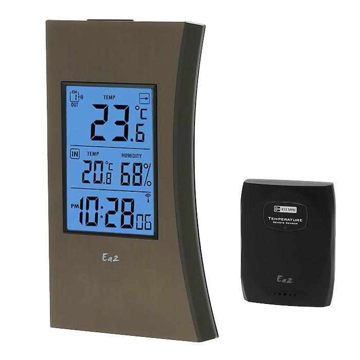 Ea2 ED602 Edge термометрED602Электронный термометр Ea2 ED602 выполнен в виде тонких проекционных часов с функцией измерения температуры в помещении и на улице. Передача данных осуществляется на расстоянии до 30 метров. Календарь до 2099 года Выбор единицы измерения температуры °C/°F Индикатор низкого уровня заряда батарей Крепление на стену или подставка Один дистанционный термодатчик в комплекте Частота радиосигнала: 433 МГц Радиус передачи данных: 30 метров Питание: 3 х ААА (основной блок), 2 х ААА (датчик) Можно использовать дополнительные датчики Ea2 BL999