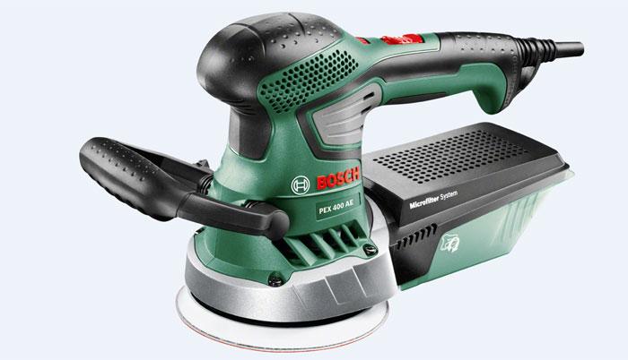 Шлифмашина Bosch PEX 400 AE (06033A4020)06033A4020Эксцентриковая шлифмашина Bosch PEX 400 AE на 1/4 компактнее, чем предыдущая модель. Эта модель входит в серию инструментов Expert от Bosch, которая рассчитана на опытных и требовательных домашних мастеров. Как и предыдущая модель PEX 300 AE, шлифмашина PEX 400 AE лучше сбалансирована по сравнению с другими моделями: рукоятки расположены в оптимальном положении с учетом центра тяжести инструмента. Таким образом PEX 400 AE исключительно легко управлять и вести по поверхности заготовки. Благодаря эргономичному дизайну с мягкими накладками обе шлифмашины удобно и надежно лежат в руке. Кроме того, крыльчатка вентилятора минимизирует возникающие вибрации. Это означает, что PEX 400 AE скользит мягче по поверхности заготовки, чем предыдущая модель. С двигателем 350 Вт (номинальная потребляемая мощность) эксцентриковая шлифмашина Bosch PEX 400 AE является исключительно производительной эксцентриковой шлифмашиной для бытового использования. Диапазон частоты колебаний составляет...
