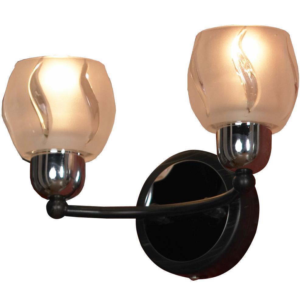 Бра Lussole Vieste LSL-8501 02LSL-8501-02Настенный светильник Vieste LSL-8501-02 итальянского производителя Lussole выполнен в современном стиле, а потому отлично украсит практически любые интерьеры. Круглое основание из металла цвета хрома и венге удерживает одну штангу, по краям которой установлено два цоколя. Овальные плафоны из белого толстого стекла выглядят торжественно и шикарно. Рельеф на стекле особенно заметен, когда светильник включен в сеть. Вы можете подключить к светильнику Vieste LSL-8501-02 диммер, что позволит регулировать интенсивность освещения.