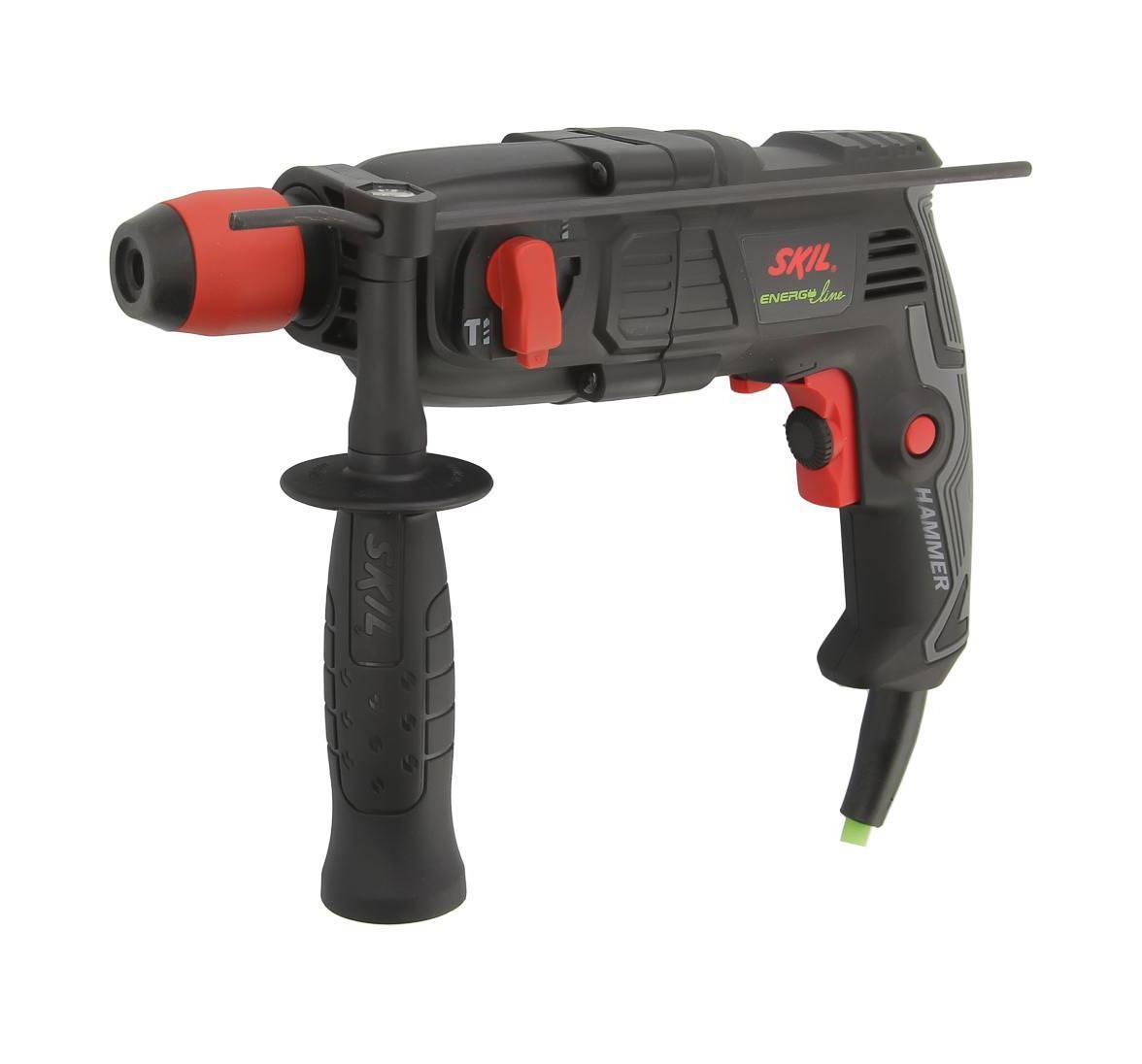 Перфоратор Skil 1734LA1734 LAДомашний помощник Производитель ручного инструмента Skil создал модель 1734 LA для использования как в быту, так и на производстве. Перфоратор предназначен для создания отверстий в металле, в дереве и других твердых материалах. В режиме «сверление с ударом» инструмент способен продолбить отверстие в бетоне, кирпиче, керамике. А если переключиться в режим «завинчивание» инструмент превращается в обычный шуруповерт, которым можно вкручивать саморезы. Отличная производительность При относительно не сложных видах работ, а также при эксплуатации инструмента на высоте вам необходим сравнительно легкий и производительный перфоратор. Именно таким является 1734 LA от производителя Skil. Весом 1.6 кг, он снабжен мощным двигателем 400 Вт и длинным сетевым кабелем 1.6 м. Модель имеет функцию удара с энергией 1 Дж, частотой 6600 уд/мин., что делает его отличным «убийцей» бетона и кирпича. Долбить или сверлить Самым...