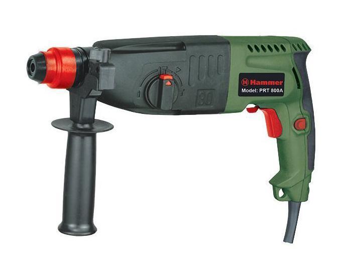 Перфоратор Hammer PRT800APRT800A перфораторСовременный мощный перфоратор Hammer PRT 800А с успехом справится со многими задачами - ему под силу и обычное сверление, и сверление с ударом. Кроме того, этот инструмент незаменим для долбления поверхностей различной твердости. Такой удобный перфоратор применяют при строительстве и ремонте, а также во время отделки зданий. Этот прибор обеспечивает высокую надежность во время работы, с ним удобно и комфортно работать благодаря наличию высоких эксплуатационных характеристик. Этот электроинструмент может работать в трех режимах - в режиме удара, удара со сверлением и в режиме сверления. Режим удар позволяет перфоратору выдалбливать нужные отверстия без дополнительных усилий; это касается бетона и кирпича, кафельной плитки и штукатурки. В таком режиме можно применять рабочие насадки, используя конопатку или лопатку, а также для этого подойдет зубило. В режиме удар и сверление применяются сверла, буры, пики и зубила с креплением SDS+....
