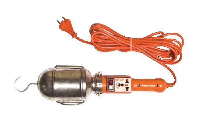Уличный светильник UNIVersal 83326(966U-0205)83326Светильник переносной UNIVersal предназначен для временного местного освещения рабочей зоны в условиях удаленности от источника света и питающей сети. Устройство оснащено металлическим отражателем с антикоррозийным покрытием. Для удобства использования в верхней части имеется специальный подвесной крюк, позволяющий устойчиво закрепить осветительный прибор в момент эксплуатации. Ручка выполнена из высококачественной конструкционной пластмассы, не поддерживающей горение, а также снабжена встроенным выключателем и в отдельных наименованиях приборной розеткой для максимального повышения функциональности изделия. Питающий провод с усиленной двойной изоляцией позволяет осуществлять эксплуатацию на расстоянии до 5 м. Характеристики: Материал: ABS пластик, металл. Длина шнура: 5 м. Размеры светильника: 40 см x 9 см x 9 см. Размер упаковки: 47 см x 18,5 см x 10 см.