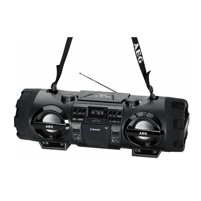 AEG SR 4360 BT, Black аудиомагнитолаSR 4360 BT schwarzAEG SR 4359 BT - стильная магнитола с ЖК-дисплеем и поддержкой технологии беспроводного соединения Bluetooth. Радиус действия составляет 15 метров от источника сигнала. Благодаря отсеку для батареек, устройство можно брать с собой в дорогу. Семь вариантов диско-подсветки привлекут гарантированное внимание на любой вечеринке. Встроенный эквалайзер имеет различные сценарии звучания на ваш вкус. Для прослушивания ваших любимых радиостанций предусмотрен встроенный цифровой PLL и FM/AM-тюнер, а также телескопическая антенна. Мощность динамиков составляет 2 x 50 Вт, а сабвуфера - 2 x 20 Вт. Магнитола имеет разъемы USB и AUX, микрофонный и гитарный входы (6,35 мм), а также ремень для удобной переноски.Элементы питания: 10 х 1,5 В (тип D) (в комплект не входят)
