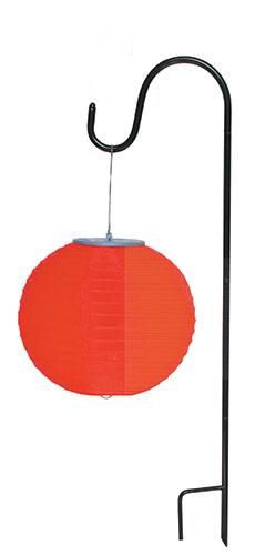 Декоративный светильник Счастливый дачник Подвес SH-002SH-002Декоративный светильник на солнечной батарее Подвес- простое и эффективное решение. Он идеально подходит для украшения дачи, садового участка отдыха и других территорий. Также его можно использовать для выделения затемненных уголков участка, подсветки дорожек и для освещения ступенек. Данное устройство является экологическим, так как основным принципом работы фонрей на солненх батареях является преобразование солнечного света в электрическую энергию. В дневное время солнечный свет, попадая на солнечную батарею, заряжает встроенный аккумулятор. С наступлением ночи светодиод загорается автоматически и начинает светить приятным неярким светом. Фонарь необходимо расположить в хорошо освещенном солнечными лучами месте так, что бы поверхность солнечной батареи была максимально освещена. Светодиод может излучать свет около 8 часов. Характеристики:Материал: пластик. Высота светильника: 80 см. Диаметр светильника: 20 см. Размер упаковки:26 см х 26 см х 3,5 см. Производитель:Китай. Артикул:SH-002.