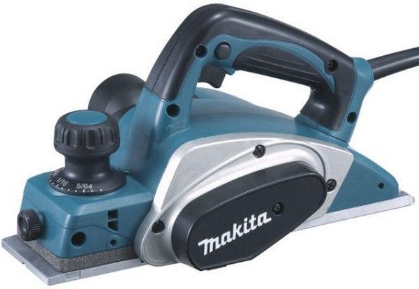 Электрорубанок Makita KP0800KP0800Рубанок Makita KP0800 отличается мощностью, производительностью и простотой использования. Он прекрасно подходит для профессионального конструирования, высококачественной деревообработки, установки дверей и окон. Рубанок Makita KP0800 оснащен двигателем в 6,5 ампер, обеспечивающим большую выходную мощность, с фрезерной головкой на два ножа и скоростью вращения 17000 оборотов в минуту для снятия еще большего слоя древесины и превосходной отделки. Рубанок KP0800 укомплектован двусторонними ножами из карбида вольфрама для большей производительности и может снять за один проход слой древесины шириной 82 мм. и глубиной 2,5 мм. Надежный литой алюминиевый корпус с шаровой опорой разработан для увеличения срока службы инструмента, а выполненная с особой точностью алюминиевая подошва обеспечивает более ровный срез. Рубанок Makita KP0800 имеет хорошую балансировку, а так же прорезиненные переднюю и заднюю рукоятки для еще большего удобства использования....
