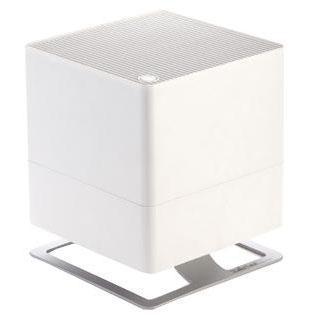 Stadler Form Oskar O-020, White увлажнитель воздухаOskar O-020 WhiteПоддержание оптимального уровня влажности - актуальная необходимость для помещений, где работают кондиционеры, отопительные приборы, для оранжерей и медицинских учреждений. Oskar - это идеальный выбор, ведь в таких помещениях очень важно сбалансированное сочетание высокой производительности и умеренного энергопотребления. Соблюдение этого баланса - главное достоинство увлажнителя Oskar: при производительности около 370 мл/час, его энергопотребление составляет всего 18 Вт. Это соответствует его работе на максимальной мощности, что позволяет за короткий срок значительно повысить уровень влажности. Дальнейшая работа увлажнителя регулируется двумя параметрами. Во-первых, устанавливается желаемый процент влажности, по достижению которого прибор отключается по команде встроенного гигростата. Во-вторых, из двух скоростей воздушного потока можно выбрать желаемую вручную, таким образом, настроив интенсивность работы вентилятора. Принцип работы Oskar - естественное увлажнение, которое осуществляется испарением влаги с поверхности антибактериальных фильтров. Это позволяет, во-первых, не допустить образования белого налета, которым сопровождается работа ультразвукового увлажнителя. Во-вторых, наличие таких фильтров предотвращает развитие бактерий в резервуаре с водой и, соответственно, их дальнейшее попадание во вдыхаемый воздух. Долив воды можно осуществлять во время работы прибора, а контроль ее уровня осуществлять через специальное смотровое отверстие. Помимо этого, для удобства обслуживания, Oskar оснащен таймером, который вовремя напомнит о необходимости сменить фильтр. Теперь у вас будет на одну заботу меньше. Невысокий уровень шума, особенно в ночном режиме, делает работу прибора почти незаметной. В ночном режиме также приглушается подсветка, что позволяет эффективно использовать прибор и во время сна. Ну и для полноты технологического совершенства, Oskar, помимо основной функции увлажнения, параллельно 