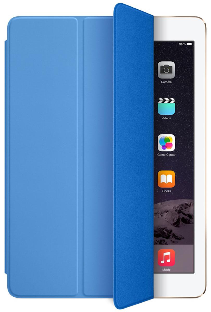 Apple Smart Cover чехол для iPad Air 2, BlueMGTQ2ZM/AЛёгкая и прочная обложка Apple iPad Smart Cover полностью обновлена, чтобы соответствовать дизайну iPad Air 2. Она защищает дисплей планшета, не закрывая заднюю часть алюминиевого корпуса. Обложка изготовлена из мягкого прочного полиуретана и доступна в нескольких ярких цветах. А её мягкая подкладка из микрофибры того же цвета помогает поддерживать экран в чистоте. Крепление обложки идеально прилегает к корпусу планшета, а магниты надёжно удерживают её. При открытии чехла-обложки iPad Air автоматически выходит из режима сна, а при закрытии моментально возвращается в режим сна. Обложка Smart Cover может служить подставкой для набора текста. Сложите её, чтобы установить iPad Air 2 с удобным наклоном. Продуманная конструкция обложки Smart Cover также позволяет сложить её и превратить в идеальную подставку для общения в FaceTime и просмотра фильмов.