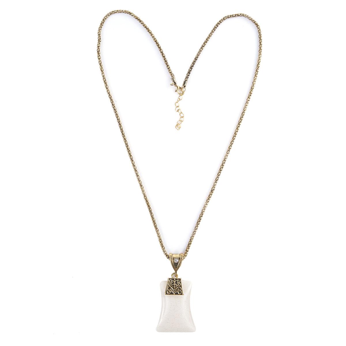 Ожерелье Модные истории, цвет: бежевый, золотой, черный. 12/0741/006P4522Роскошное ожерелье Модные истории, изготовленное из металла, состоит из цепочки и стильной подвески. Металлическая подвеска оригинальной формы украшена гравированными узорами и оформлена стразом, а также крупным искусственным камнем из акриловой смолы. В комплект с подвеской входят металлическая цепочка и текстильный шнурок, которые застегиваются на замок-карабин. Длина ожерелья регулируется.Изысканное ожерелье добавит женственных ноток в образ и подчеркнет вашу утонченную натуру.