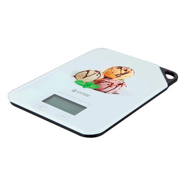 Vitek VT-2421(W) весы кухонныеVT-2421(W)Согласитесь, что готовить замысловатые блюда легче, когда вы можете точно соблюдать рецептуру блюда – а она складывается из точного веса продуктов. Настоящим и верным помощником в соблюдении пропорций станет компактное и функциональное устройство – весы кухонные VT-2421. Стильный прибор с оригинальными принтами позволит легко определить вес ингредиентов с точностью до 1г благодаря сверхточной сенсорной технологии. Допустимый предел веса в данной модели – 5 кг, и если он превышен, вас оповестит об этом индикатор перегрузки. Также вы можете узнать вес продукта, взвешивая его в емкости – для этого воспользуйтесь функцией «Тара». Индикатор заряда батареи позволит легко контролировать уровень ее состояния. Весы автоматически включаются и выключаются во время того, как вы кладете продукты на весы или снимаете их с устройства - это позволит вам надолго сохранить заряд батареи.