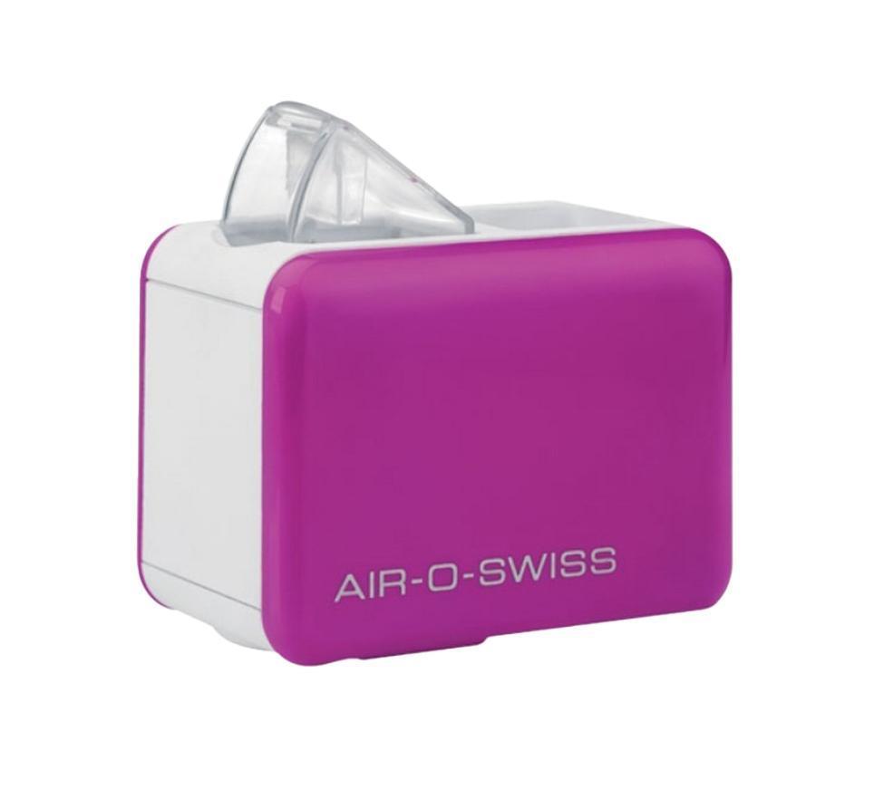 Boneco Air-O-Swiss U7146, Purple увлажнитель воздухаU7146 PurpleКомфорт, который «всегда с собой» Прибор работает по принципу ультразвукового увлажнения воздуха. Вода, попадая в камеру парообразования, под воздействием ультразвука расщепляется на мельчайшие брызги. Микроскопические капли образуют своеобразное облако пара, вентилятор малой мощности прогоняет наружный воздух, подавая пар в помещение, который затем равномерно по нему распространяется. Максимальное удобство эксплуатации Уникальность модели AOS U7146 - в том, что в качестве емкости для воды выступает стандартная пластиковая бутылка объемом не более 500 мл, что значительно облегчает вес и размеры прибора, а в целом - его конструкцию, что позволяет перевозить его на любые расстояния. Кроме того, такое новшество облегчает и подбор воды для увлажнения – Вы можете использовать любую очищенную воду. Для устойчивости прибора предусмотрены специальные складные ножки, которые обеспечивают хорошую устойчивость и безопасность при эксплуатации. AOS U7146 — портативный...