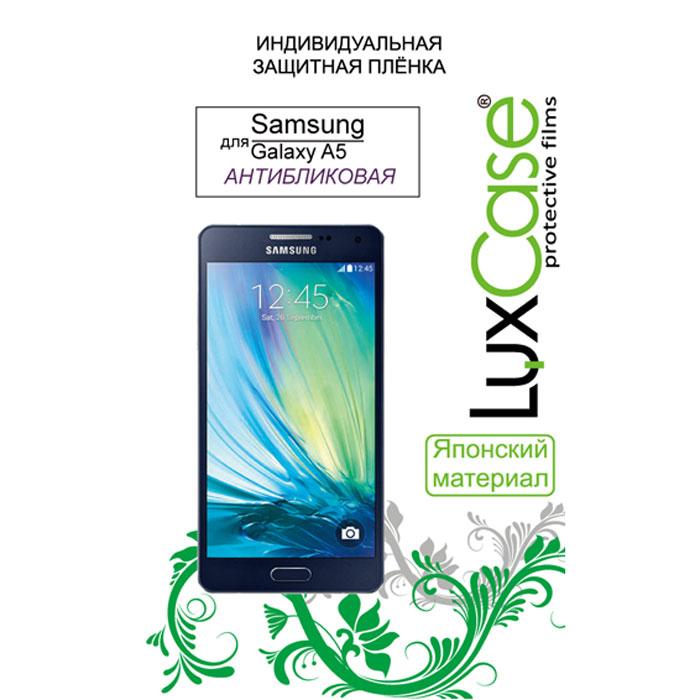 Luxcase защитная пленка для Samsung Galaxy A5 SM-A500F, антибликовая80887Защитная пленка для Samsung Galaxy A5 SM-A500F имеет два защитных слоя, которые снимаются во время наклеивания. Данная защитная пленка не снижает чувствительности на нажатие. На защитной пленке есть все технологические отверстия. Благодаря использованию высококачественного японского материала пленка легко наклеивается, плотно прилегает, имеет высокую прозрачность и устойчивость к механическим воздействиям. Потребительские свойства и эргономика сенсорного экрана при этом не ухудшаются.