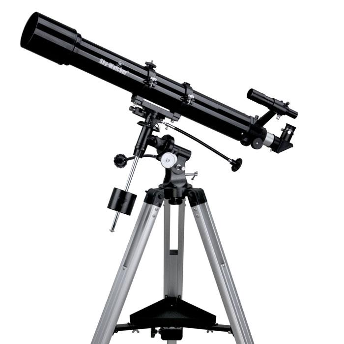 Sky-Watcher BK 909EQ2 телескопBK 909EQ2Ахроматический рефрактор Sky-Watcher BK 909EQ2 создан для изучения Луны, планет и других объектов Солнечной системы. Кроме того, его можно использовать для наблюдения некоторых объектов дальнего космоса, например галактик, туманностей и звездных скоплений. Данная модель отличается качественной оптикой и надежной механикой. Оптическая труба устанавливается на экваториальную монтировку EQ2.Ахроматический объектив формирует контрастное изображение с высокой детализацией. Хроматические аберрации сведены к минимуму. На линзы нанесено многослойное просветляющее покрытие.В комплект входят окуляры 25 мм и 10 мм. Обзорные наблюдения и наведение на объекты лучше проводить с помощью длиннофокусного окуляра. Окуляр с меньшим фокусным расстоянием используется для более детального изучения небесных тел.Экваториальная монтировка EQ2 позволяет с высокой точностью компенсировать суточное вращение астрономических объектов. Механизмы тонких движений по обеим осям позволяют перемещать оптическую трубу без рывков. Для астрофотографии монтировку можно дополнить моторным приводом (приобретается отдельно).Легкая и прочная алюминиевая тренога регулируется по высоте. Тренога снабжена лотком для аксессуаров.