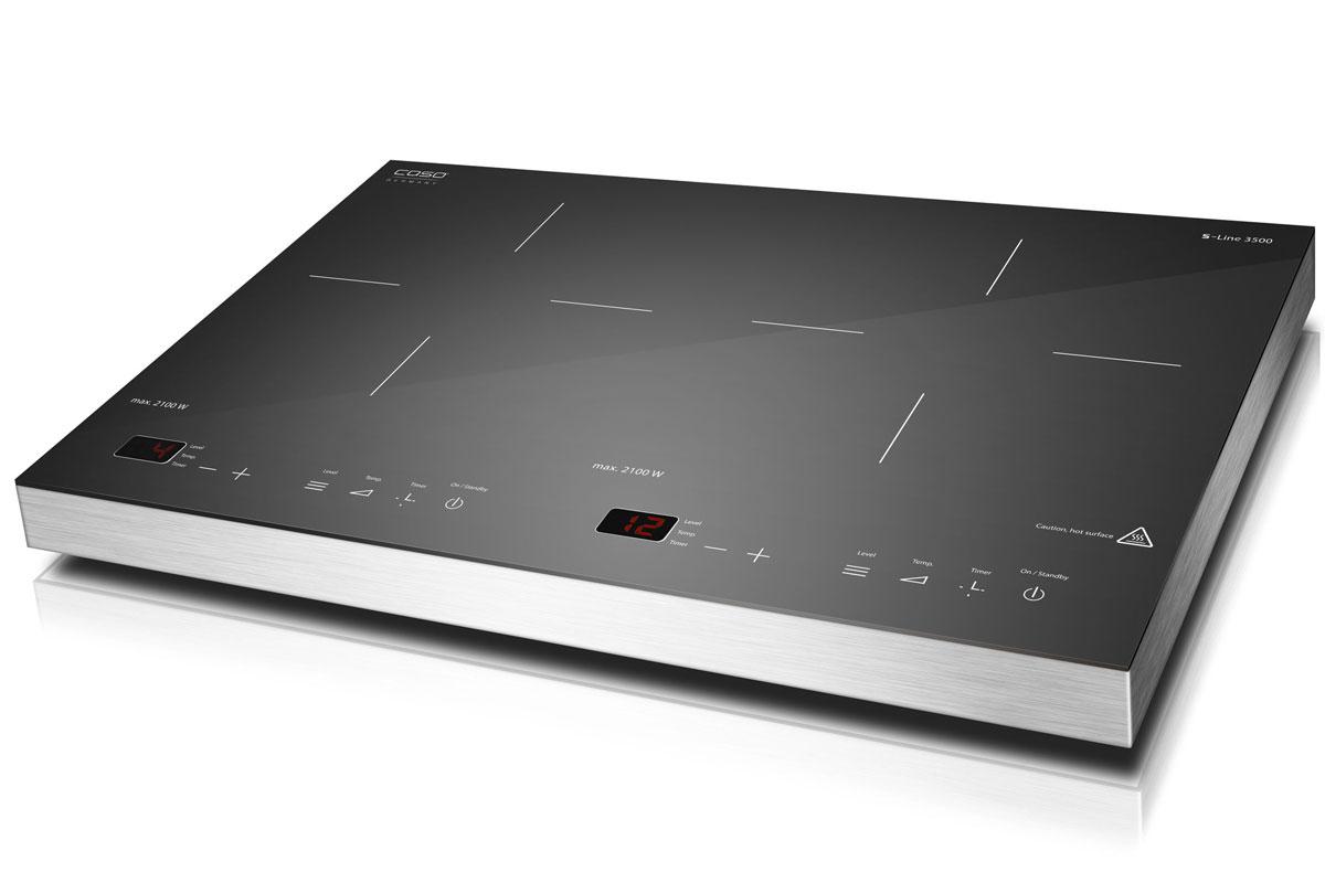 CASO S-Line 3500 настольная индукционная плиткаS-Line 3500Настольная индукционная стеклокерамическая плитка CASO S-Line 3500 – верная помощница на кухне, которая служит качественно и долго и доставляет своему владельцу только положительные эмоции. Прибор имеет две зоны нагрева, сенсорное управление с дисплеем и светодиодной индикацией. Модель проста и понятна в настройке и управлении. Поверхность легко очищается от загрязнений. Варочная панель оснащена системой индукционного нагрева. Индуктор, расположенный под поверхностью, создает переменное электромагнитное поле – в результате этого в дне посуды индуцируется ток, что и приводит к нагреву. Тепло образуется непосредственно в дне посуды без промежуточного нагрева конфорки