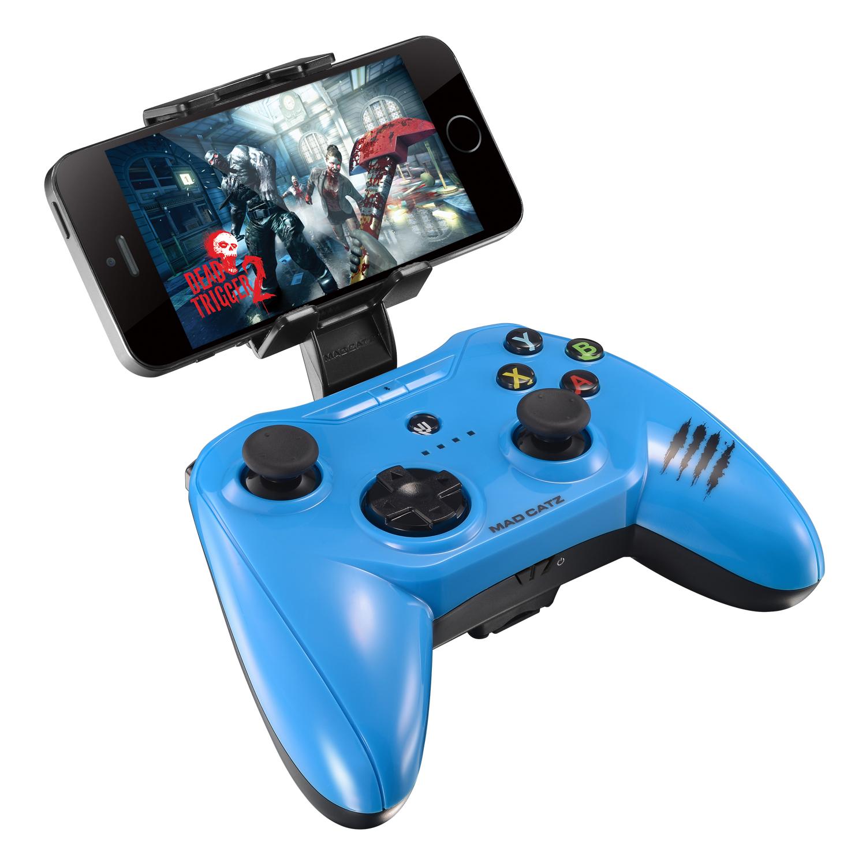 Mad Catz C.T.R.L.i, Gloss Blue беспроводной геймпад для iPhone и iPadMCB312630A04/04/1Mad Catz C.T.R.L.i - стильный беспроводной геймпад для iPhone или iPad. Контроллер превратит ваше мобильное устройство в игровую консоль и позволит играть где угодно - дома, в поездках, путешествиях. Он оснащен лицензированным модулем связи от Apple и совместим с iPhone и iPad 5 поколения. Данная модель подключается к мобильному устройству через протокол Bluetooth. Благодаря энергоэффективному модулю Bluetooth 4.0 геймпад может проработать в автономном режиме до двух суток. Для комфортной игры на ходу новинка оснащена съемными регулируемыми зажимами, в которые можно вставить iPhone или iPad. При этом в устройстве не перекрывается разъем Lightning и его можно заряжать даже во время игры. Mad Catz C.T.R.L. i позволяет играть и на большом экране, используя в качестве консоли планшет или смартфон от Apple, соединив его с телевизором с помощью HDMI-кабеля. Геймпад имеет классический дизайн и традиционный набор средств управления: 8-позиционный D-pad и два аналоговых...