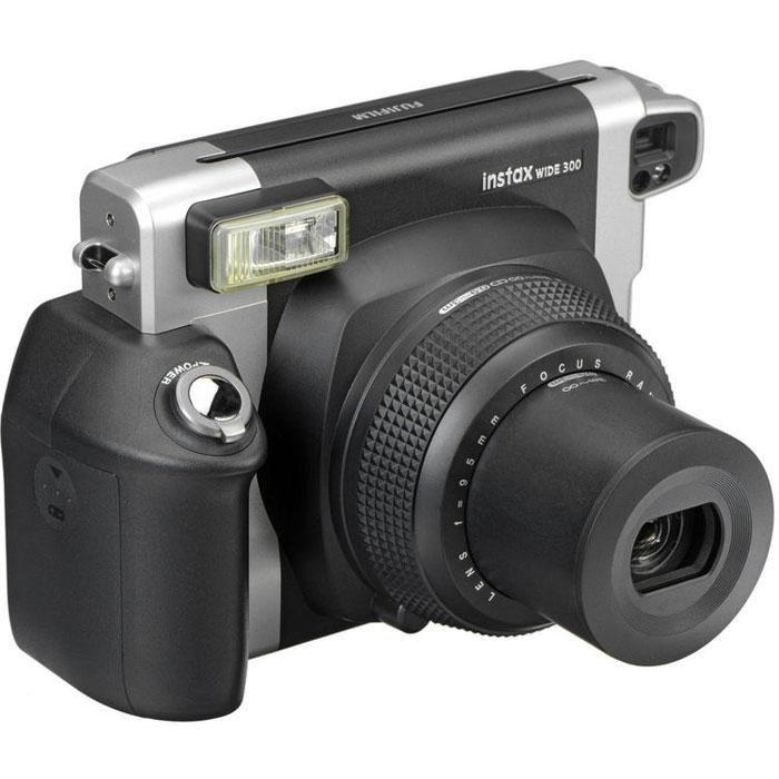 Fujifilm Instax Wide 300, Black фотоаппарат моментальной печати16445795Эргономичная камера Fujifilm Instax Wide 300 оснащена встроенным выдвижным объективом, который расширит ваши творческие возможности. Множество простых в использовании функций позволит сделать незабываемые снимки, а автоматическая вспышка для съемки в условиях плохого освещения оптимизирует интенсивность освещения в зависимости от расстояния. Используйте заполняющую вспышку для создания контрового освещения, которое поможет улучшить ваши фотографии. Экспокоррекция (контроль соотношения светлого и темного) позволяет создать на снимках нужное настроение. Размер фото: 62 x 99 мм ISO 800: LV 10.5 - LV 15 Индикатор вспышки