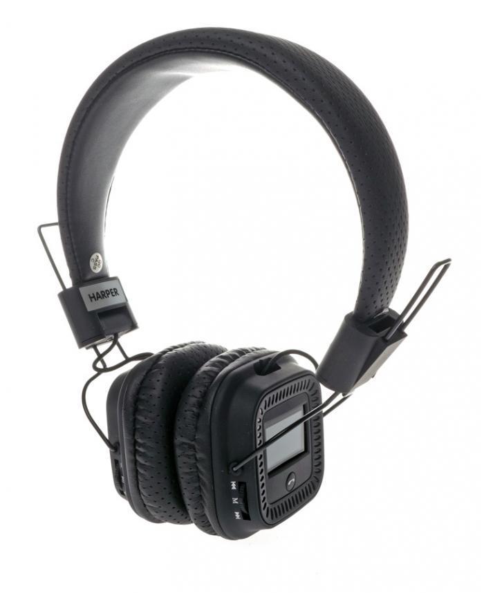 Harper HB-411, Black беспроводные наушникиHB-411 BlackНаушники Harper HB-411 - это качественный звук, воплощенный в эргономичной стильной форме. Встроенный MP3-плеер. Наслаждайтесь музыкой без привязки к смартфону или планшету. Загрузите любимые треки на флеш-карту и вставьте ее в наушники. FM-радио и LCD-дисплей. Слушайте любимую радиостанцию в хорошем качестве. На дисплее Harper HB-411 отображается частота радиостанции, и другая информация. Портативная конструкция. Наушники компактно складываются, комплектуются специальным чехлом - их удобно хранить и перевозить. Эффективное снижение окружающего шума. Мягкие вставки обеспечивают плотное и одновременно комфортное прилегание к голове. Простое управление. Вы легко переключите функцию, найдете нужный канал, отрегулируете громкость, ответите на телефонный вызов.