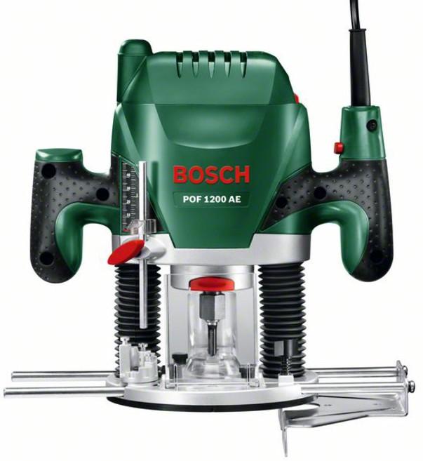 Фрезеровальная машина Bosch POF 1200 AE (060326A100)POF 1200 AE вертикальная фрезерная машинаВертикальная фрезерная машина POF 1200 AE от Bosch универсальна в применении. С ней домашние мастера смогут фрезеровать пазы, обрабатывать кромки или даже вырезать фасонные элементы — при этом всегда с неизменно высокой точностью и комфортом. Мощный двигатель 1200 Вт позволит справиться даже с самыми сложными задачами по обработке древесины любой породы и гарантирует постоянную производительность работы. Посредством управляющей электроники с регулировочным колесиком и выключателем с функцией акселератора можно настраивать частоту вращения в точном соответствии с тем или иным материалом, а встроенная блокировка шпинделя обеспечивает быструю и простую замену фрез. Кроме того, система SDS от Bosch гарантирует простую установку копировальной втулки без использования дополнительного инструмента. Универсальная фрезерная машина POF 1200 AE от Bosch устанавливает новые стандарты по своей производительности, удобству обращения и оснащению. Вертикальная фрезерная машина от...