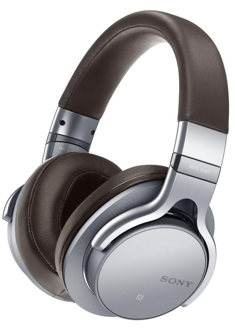 Sony MDR-1ABT, Silver наушникиMDR1ABTS.EМощные HD-динамики диаметром 40 мм с большими вентиляционными отверстиями воспроизводят пульсирующий, энергичный бас даже в самых сложных музыкальных записях. Легкий и прочный диффузор из ЖК-полимерной пленки характеризуется очень коротким временем отклика, что обеспечивает насыщенность и естественность вокальных партий и частот среднего диапазона. Сделайте громче и слушайте музыку в максимальной детализации на всем диапазоне. Сенсорное управление для простоты и комфорта работы Управлять музыкой теперь еще проще благодаря удобному сенсорному интерфейсу. Коснитесь чашки наушников для воспроизведения или паузы; проведите пальцем влево или вправо для перехода к нужному треку; проведите пальцем, не отрывая руки, для поиска нужного момента в композиции; настройте уровень громкости, проведя пальцем вверх или вниз. Все самые необходимые функции на кончиках ваших пальцев - вам больше не придется разыскивать кнопки управления на устройстве.