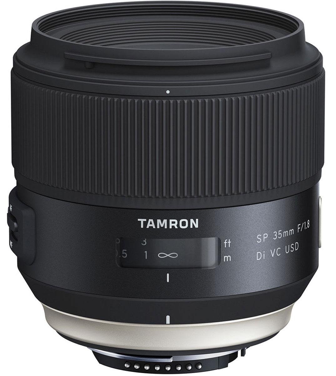 Tamron SP 35mm F/1.8 DI VC USD, Black объектив для NikonF012NШирокоугольный объектив Tamron SP 35 мм, способный разрешать мультимегапиксельные матрицы (до 50 Мпикс) современных цифровых фотоаппаратов. Для большей свободы при съемке механизм стабилизации изображения VC был тесно интегрирован с оптической и электронной конструкцией объектива. При разработке большое внимание было уделено сокращению минимальной дистанции фокусировки. Ключевым элементом дизайнерской концепции стала эргономичность - контуры объективов тщательно выверены, объективы хорошо лежат в руке, и с ними удобно работать. Размер переключателей увеличен, а их ход стал более плавным; особый шрифт повышает читаемость надписей. Объектив подходит как для камер с матрицей APS-C, где его можно использовать как стандартный, и для полнокадровых камер, где его характеристики соответствуют широкоугольному. Из-за неравномерного распределения света на некоторых светосильных объективах возникает эффект виньетирования или затемнения в углах....