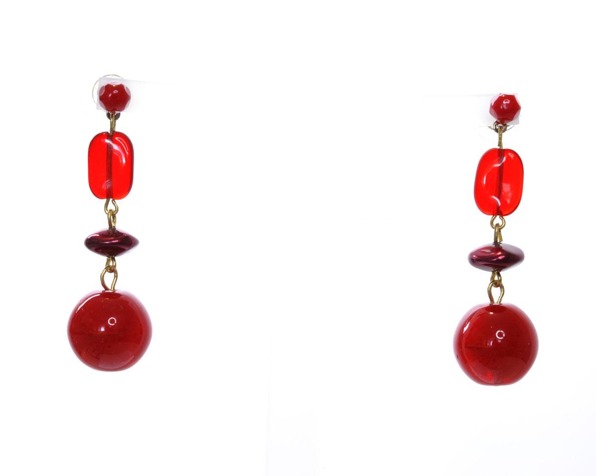 Серьги Bohemia Style, цвет: красный, вишневый. 0241 00600 0090241 00600 009Стильные серьги Bohemia Style выполнены из ювелирного сплава и дополнены подвесками с оригинальными бусинами из богемского цветного хрусталя. Цветное стекло для производства украшений изготавливается по особой технологии, материал поддается огранке и полностью имитирует природные камни. Изделие застегивается на замок-гвоздик, который дополнен фиксаторами из пластика и метала. Оригинальные серьги Bohemia Style придадут вашему образу изюминку, подчеркнут красоту и изящество вечернего платья или преобразят повседневный наряд.