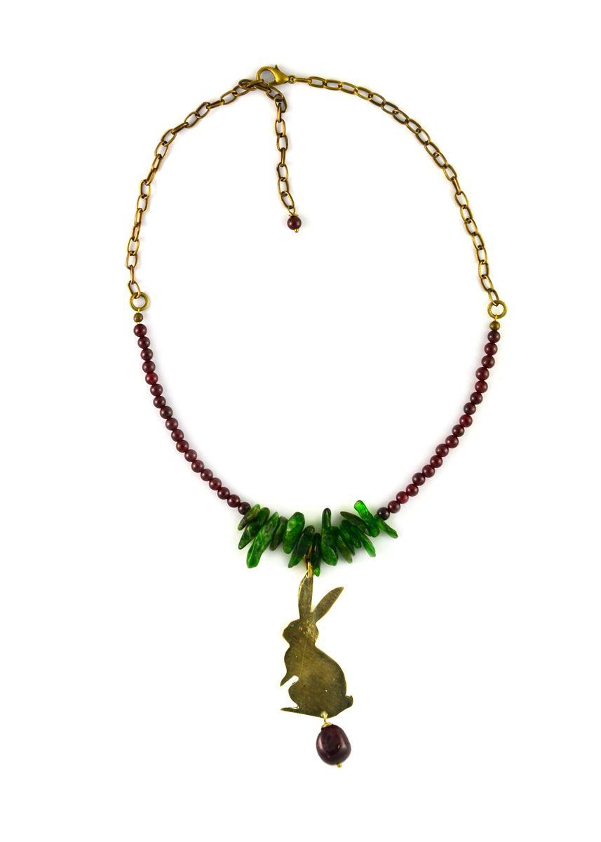 Колье Polina Selezneva Зайчик в лесу, цвет: золотистый, зеленый, бордовый. 001-1484Лариат (длинные бусы)Оригинальное колье от Polina Selezneva Зайчик в лесу, изготовленное из гипоаллергенного материала, выполнено в виде цепочки из латуни и натуральных камней - граната и хромдиопсида, а также дополнено стильной подвеской в виде зайчика. Колье застегивается на карабин и оснащено цепочкой для регулирования размера.Такое колье позволит с легкостью воплотить самую смелую фантазию и создать собственный, неповторимый образ.Колье упаковано в текстильный мешочек с атласной лентой, дополненный логотипом бренда.Украшения от Polina Selezneva - яркие, стильные, самобытные и в то же время нежные и утонченные. Интуитивно улавливая тонкую грань на стыке старинного и современного, классики и новых трендов, небрежности и утонченности, дизайнер создает украшения, которые способны дополнить любой образ и привести в него завершающий яркий штрих.