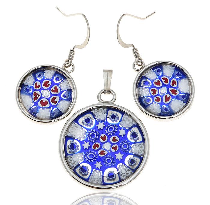 Комплект Миллефиори: кулон и серьги. Муранское стекло, белый металл, ручная работа. Murano, Италия (Венеция)Ожерелье (короткие многоярусные бусы)Комплект Миллефиори: кулон и серьги.Муранское стекло, белый металл, ручная работа.Murano, Италия (Венеция).Размер:Кулон -диаметр - 2,5 см.Серьги - 3 х 1,5 см.Оригинальная упаковка.Каждое изделие из муранского стекла уникально и может незначительно отличаться от того, что вы видите на фотографии.