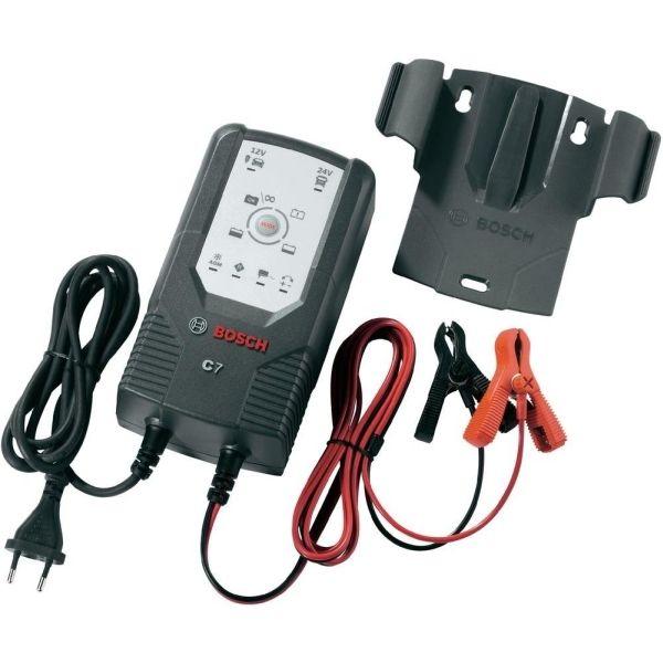Устройство зарядное Bosch C7018999907МУстройство Bosch C7 сконструировано для заряда открытых и множества закрытых свинцово-кислотных аккумуляторов, которые используются в легковых автомобилях, мотоциклах и некоторых других транспортных средствах. Емкость аккумулятора при этом составляет от 12 В (14 Ач) до 12 В (230 Ач) или от 24 В (14 Ач) до 24 В (120 Ач). Специальная концепция устройства обеспечивает повторный заряд аккумулятора почти на 100% его емкости. Зарядное устройство имеет в общей сложности 6 режимов заряда для различных аккумуляторов в различных состояниях. Благодаря этому обеспечивается эффективный и надежный заряд. Высокоэффективные защитные меры, предотвращающие неправильное использование и возникновение короткого замыкания, обеспечивают безопасную работу. Благодаря интегрированной схеме зарядное устройство начинает заряд лишь через несколько секунд после выбора режима заряда. За счет этого предотвращаются искры, часто возникающие во время подключения. Кроме того, управление зарядным...