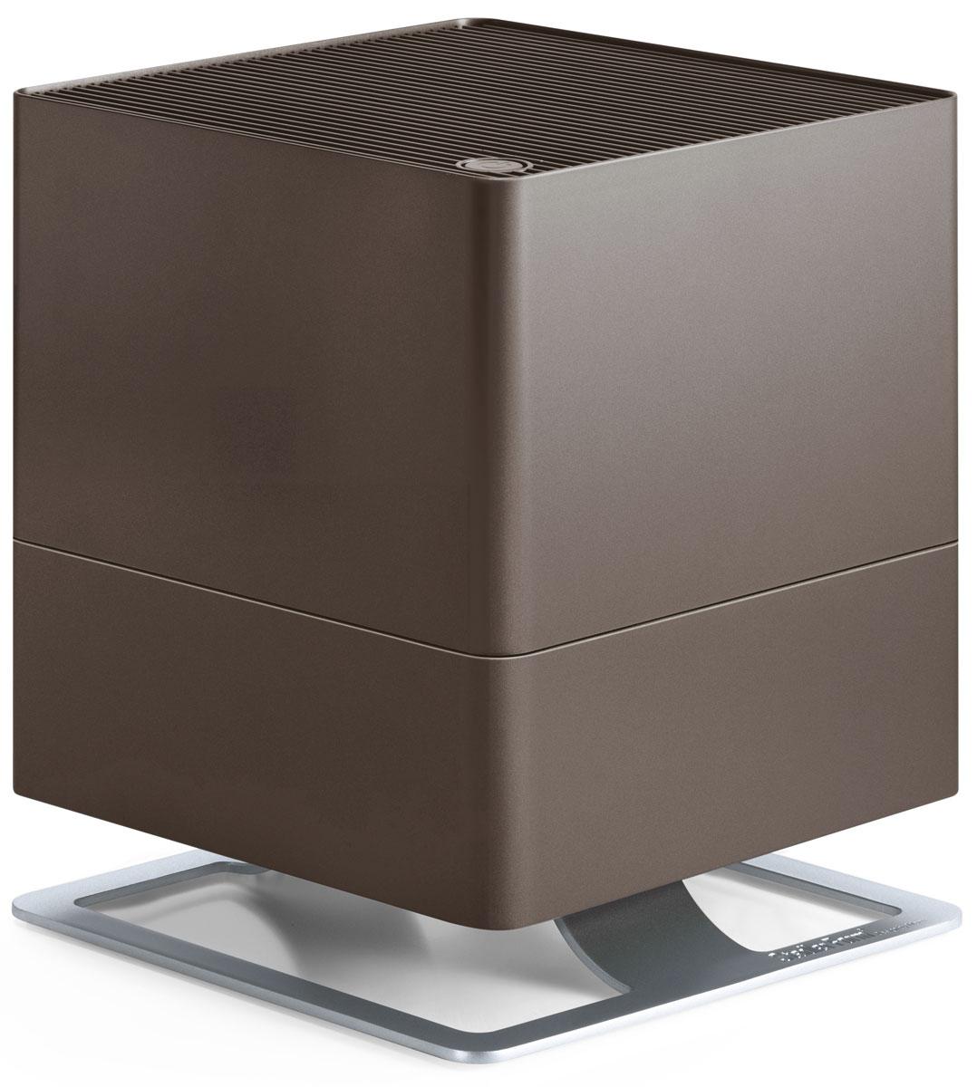 Stadler Form Oskar, Bronze увлажнитель воздуха0802322005561Поддержание оптимального уровня влажности – актуальная необходимость для помещений, где работают кондиционеры, отопительные приборы, для оранжерей и медицинских учреждений. Stadler Form Oskar – это идеальный выбор, ведь в таких помещениях очень важно сбалансированное сочетание высокой производительности и умеренного энергопотребления. Соблюдение этого баланса – главное достоинство увлажнителя Oskar: при производительности около 300 мл/час, его энергопотребление составляет всего 18 Вт. Это соответствует его работе на максимальной мощности, что позволяет за короткий срок значительно повысить уровень влажности. Дальнейшая работа увлажнителя регулируется двумя параметрами. Во-первых, устанавливается желаемый процент влажности, по достижению которого прибор отключается по команде встроенного гигростата. Во-вторых, из четырех скоростей воздушного потока можно выбрать желаемую вручную, таким образом настроив интенсивность работы вентилятора.Принцип работы Stadler Form Oskar – естественное увлажнение, которое осуществляется испарением влаги с поверхности антибактериальных фильтров. Это позволяет, во-первых, не допустить образования белого налета, которым сопровождается работа ультразвукового увлажнителя. Во-вторых, наличие таких фильтров предотвращает развитие бактерий в резервуаре с водой и, соответственно, их дальнейшее попадание во вдыхаемый воздух.Долив воды можно осуществлять во время работы прибора, а контроль ее уровня осуществлять через специальное смотровое отверстие. Помимо этого, для удобства обслуживания, Oskar оснащен таймером, который вовремя напомнит о необходимости сменить фильтр. Теперь у вас будет на одну заботу меньше.Невысокий уровень шума, особенно в ночном режиме, делает работу прибора почти незаметной. В ночном режиме также приглушается подсветка, что позволяет эффективно использовать прибор и во время сна.Ну и для полноты технологического совершенства, Oskar, помимо основной функции увлажнени