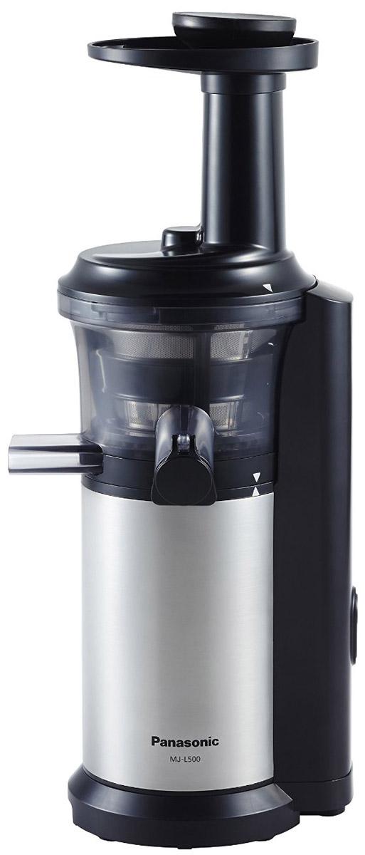 Panasonic MJ-L500STQ соковыжималкаMJ-L500STQС соковыжималкой Panasonic MJ-L500 вы получите однородный сок с насыщенным вкусом, богатый питательными веществами. С помощью насадки для замороженных фруктов и овощей можно готовить полезные для здоровья десерты. Благодаря невысокой скорости вращения шнека - 45 об/мин., питательные вещества не разрушаются в результате нагрева при трении. Это высокоэффективный способ получения питательных веществ. Вы можете отжимать сок как из твердых, так и из мягких фруктов и овощей, поскольку нижняя часть шнека изготовлена из нержавеющей стали. На носике чаши соковыжималки предусмотрена специальная прорезиненная крышка Анти-капля. Поверх сетки соковыжималки надевается специальная силиконовая щетка. Во время работы прибора щетка вращается автоматически, удаляя мякоть с поверхности сетки, не позволяя фильтру забиться. Прорезиненные ножки обеспечивают дополнительную устойчивость прибору. Автоматическая самоочистка ...