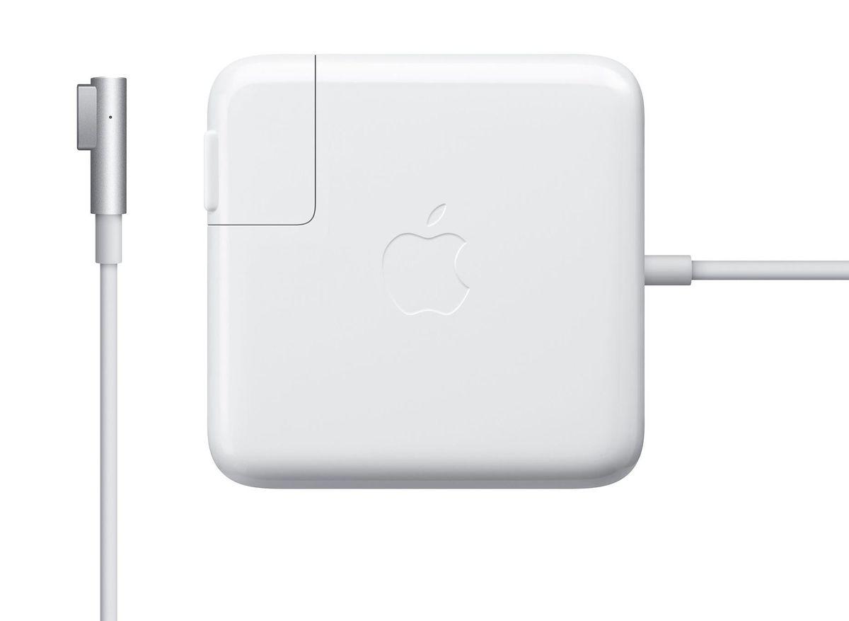 Apple MagSafe для MacBook/MacBook Pro 13 зарядное устройствоMC461Z/AАдаптер питания Apple MagSafe мощностью 60 Вт оснащён магнитным разъёмом. Если кто-то случайно наступит на кабель, он просто отсоединится, а ваш MacBook Pro останется на месте. Это также помогает избежать преждевременного износа кабелей. Кроме того, магнитный разъём обеспечивает быстрое и надёжное подключение к системе. При правильном подключении на разъёме загорается светодиод. Жёлтый цвет означает, что ноутбук заряжается, а зелёный показывает, что он полностью заряжен. Кабель питания, прилагающийся к адаптеру, даёт максимальное пространство для манёвра, а штепсельная вилка для розетки переменного тока (также входит в комплект) позволяет путешествовать налегке. Apple MagSafe удобно брать с собой в дорогу: кабель можно намотать на устройство и таким образом сэкономить место.