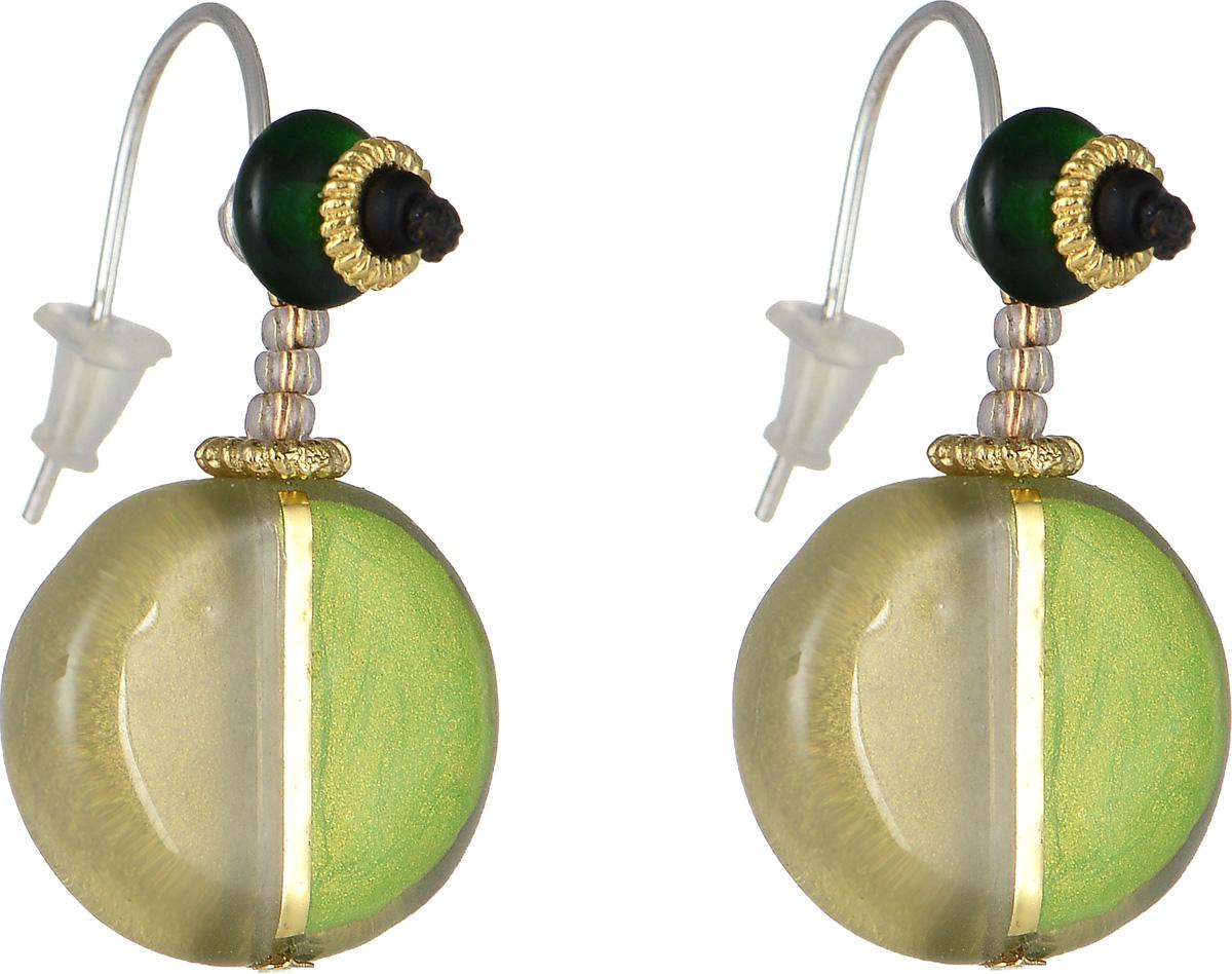 Серьги Lalo Treasures Moments, цвет: золотой, зеленый. E3452Серьги с подвескамиОригинальные серьги Lalo Treasures Moments изготовлены из металлического сплава, дополнены декоративными элементами из ювелирной смолы.Изделие оснащено замком-петлей с заглушками, который надежно зафиксирует серьги.Стильные серьги не оставят равнодушной ни одну любительницу изысканных украшений и помогут создать собственный неповторимый образ.