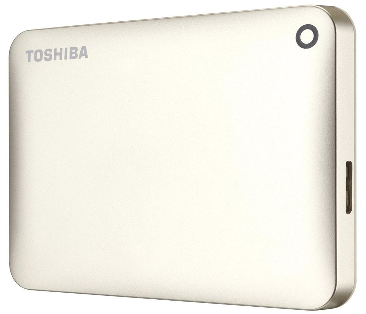Toshiba Canvio Connect II 1TB, Gold внешний жесткий диск (HDTC810EC3AA)HDTC810EC3AAToshiba Canvio Connect II дает вам возможность быстро передавать файлы с интерфейсом USB 3.0 и хранить до 3 ТБ данных на внешнем жестком диске. Устройство полностью готово для работы с Microsoft Windows и не требует установки программного обеспечения, так что ничего не может быть удобнее для хранения всех ваших любимых файлов. В офисе или в дороге его классический дизайн будет всегда уместен. Более того, Toshiba Canvio Connect II позволяет подключаться также и к оборудованию с совместимостью USB 2.0.Этот внешний накопитель обеспечивает доступ к вашим файлам практически из любого места и с любого устройства. Toshiba Canvio Connect II может легко превратить ваш компьютер в облачный сервер благодаря предустановленному ПО для удаленного доступа (накопитель должен быть подключен к компьютеру и Wi-Fi). Помимо удаленного доступа это устройство предоставляет своему владельцу 10 ГБ дополнительного места в облачном сервисе. Программное обеспечение NTI Backup Now EZ обеспечивает удобное и надежное создание резервных копий и восстановление всех ваших папок, файлов и операционной системы.Canvio Connect II оборудован датчиком ударов, сигнал которого переводит головку жесткого диска в безопасное положение, за счет чего снижается риск повреждения носителя и потери данных при падении накопителя. Накопитель имеет уже установленный драйвер NTFS для Mac, поэтому вам не придется волноваться из-за типа вашего компьютера - просто подключите Canvio Connect II и получите доступ к вашим файлам.