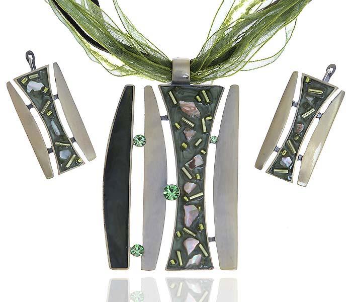 Комплект Чародейка: ожерелье и серьги. Текстиль, бисер, бижутерное стекло, цветная эмаль, гипоаллергенный ювелирный сплав. Lisa Lone, ИспанияT-B-10845-SET-SL.D.BLUEКомплект Чародейка: ожерелье и серьги. Текстиль, бисер, бижутерное стекло, цветная эмаль, гипоаллергенный ювелирный сплав. Lisa Lone, Испания. Размер: Ожерелье - полная длина 40-49 см, регулируется за счет застежки-цепочки. Серьги - 4 х 2 см.