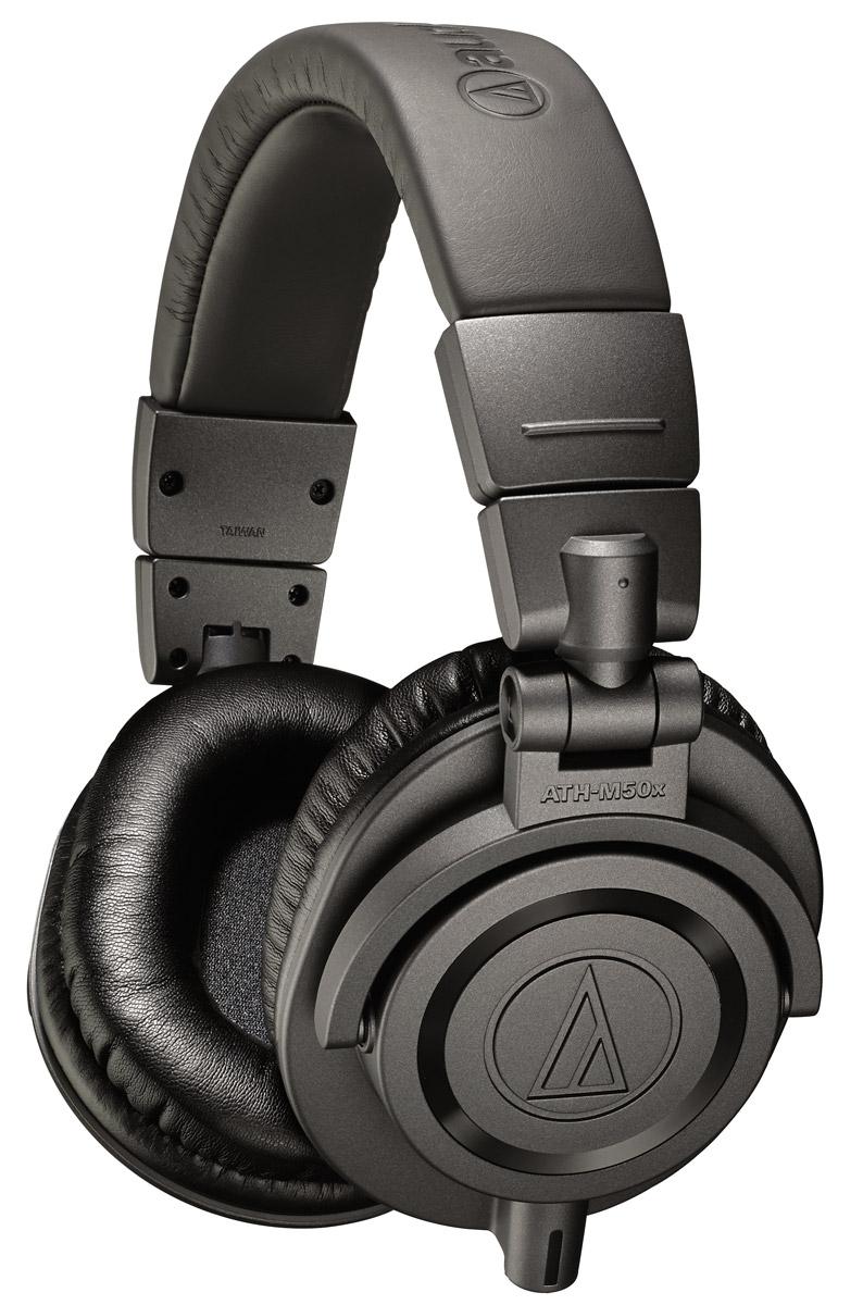 Audio-Technica ATH-M50XMG Limited Edition, Metal Grey наушники15118392Audio-Technica ATH-M50X - это обновленная версия самой популярной модели M-серии. Наушники M50, по сути, живая легенда, год за годом собирающая хвалебные отзывы и награды как от профессионалов, так и от простых слушателей. Модель была разработана компанией Audio-Technica специально для профессионального мониторинга и микширования в студиях звукозаписи, но полюбилась и меломанам. ATH-M50X сохраняет прославленное звучание предшественницы, но имеет более комфортные амбушюры и комплект съемных кабелей на все случаи жизни.Наушники Audio-Technica ATH-M50X - это оптимальный вариант как для работы в студии, так и для наслаждения любимой музыкой в дороге.