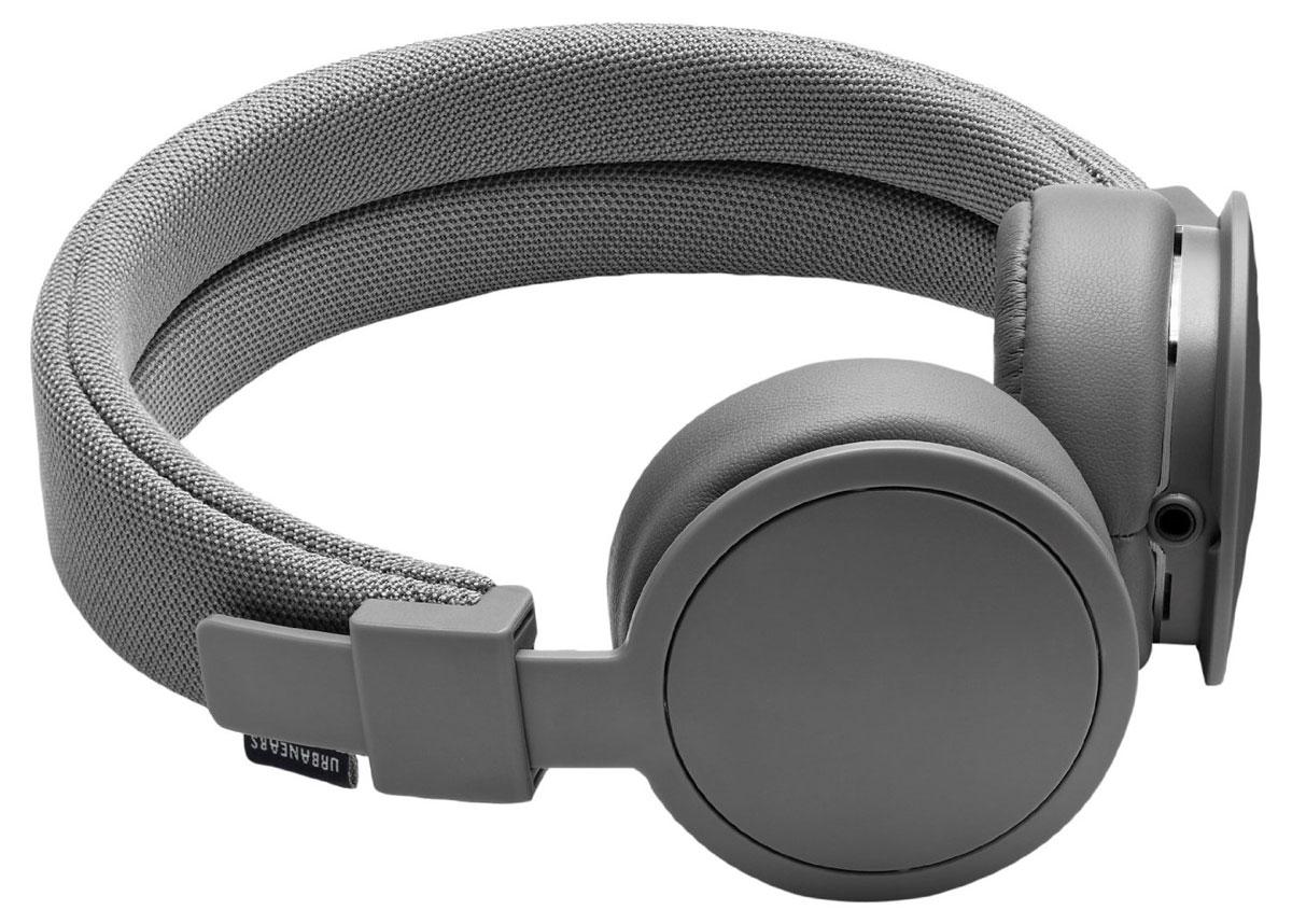 Urbanears Plattan ADV Wireless, Dark Grey наушники15118188Plattan ADV Wireless – это первые Bluetooth-наушники в ассортименте Urbanears. Они оснащены встроенным микрофоном, имеют световой индикатор состояний на чашке излучателя и готовы работать 14 часов без подзарядки. Передвигайтесь свободно, принимайте звонки и слушайте музыку на ходу без путающихся проводов. Нет кабеля – нет проблем! Plattan ADV оснащены съёмными оголовьем и амбушюрами, которые можно подвергать машинной стирке вместе с одеждой. Всегда свежие впечатления даже от знакомой музыки! ZoundPlug – это разъём, позволяющий поделиться вашей музыкой с другом. Просто подключите его наушники к вашим Plattan ADV Wireless через свободный порт.